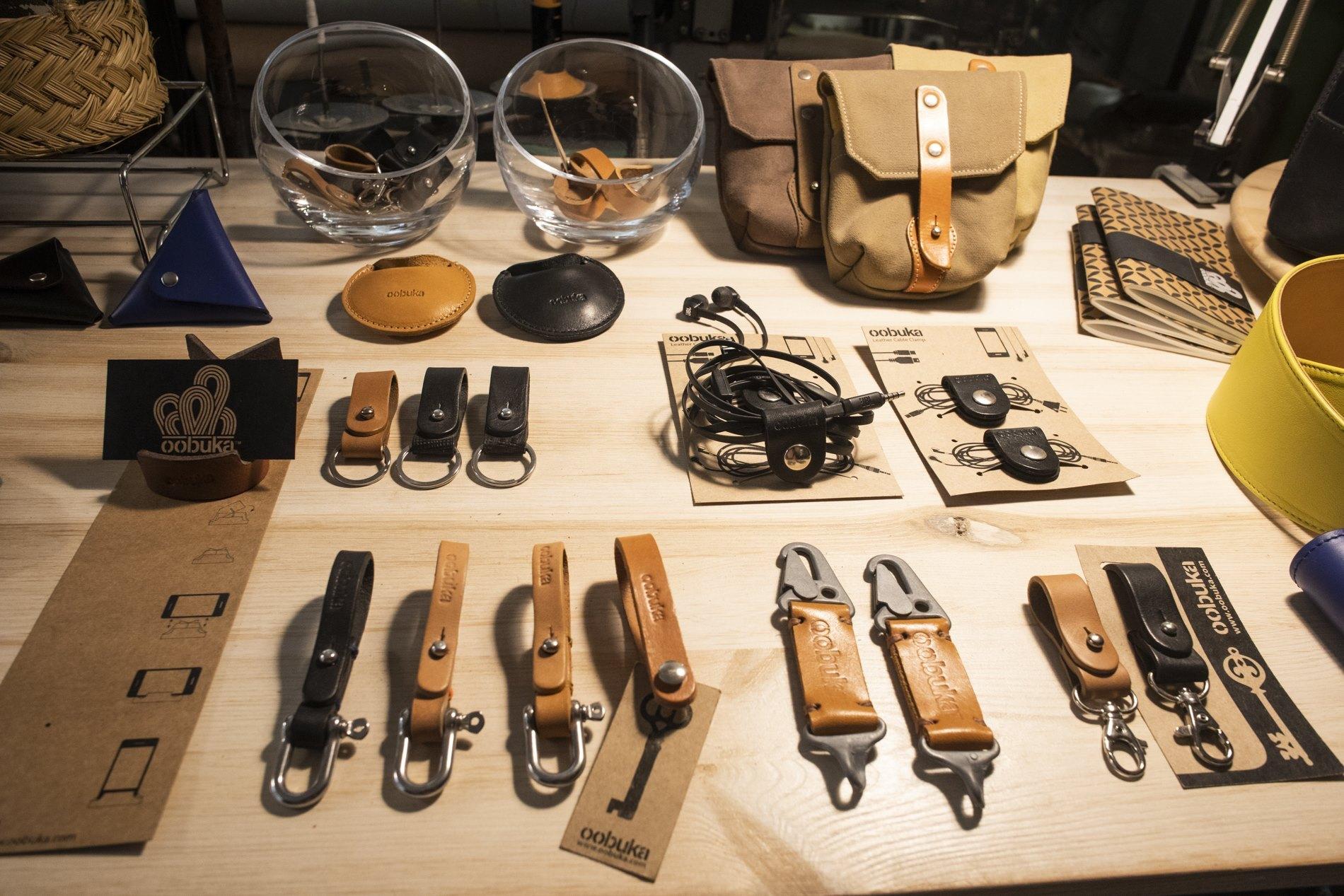 Llaveros, portacascos y otras pequeñas piezas de marroquinería artesanas.