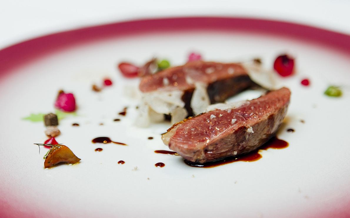 Pichón al carbón con matices vegetales, salsa especiada, grano 'bianco perla' y trufa blanca, del restaurante 'Lasarte', en Barcelona (2 Soles Repsol)