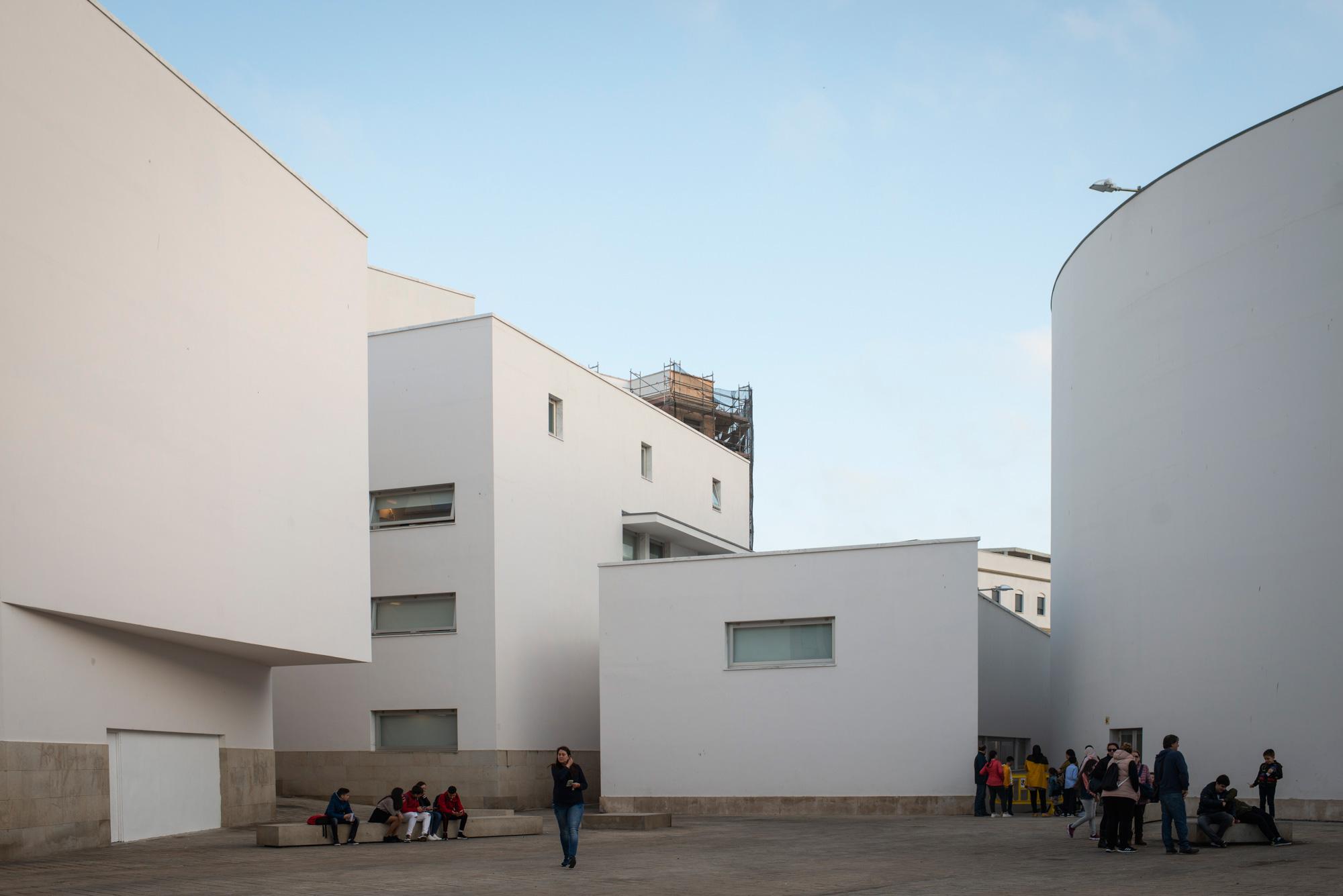 El trabajo del arquitecto Álvaro Siza destaca en el corazón de Ceuta. Foto: Sofía Moro.