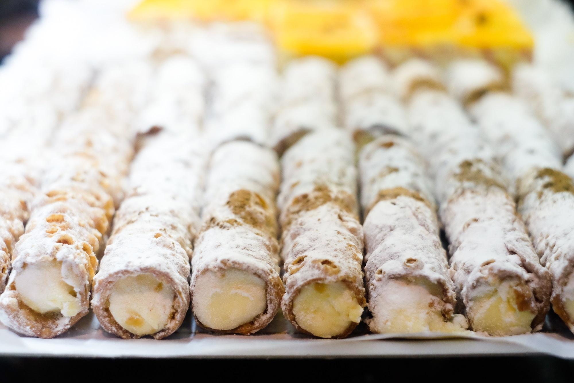 Las cañas zamoranas, un dulce típico de la zona elaborado con hojaldre, crema y azúcar.