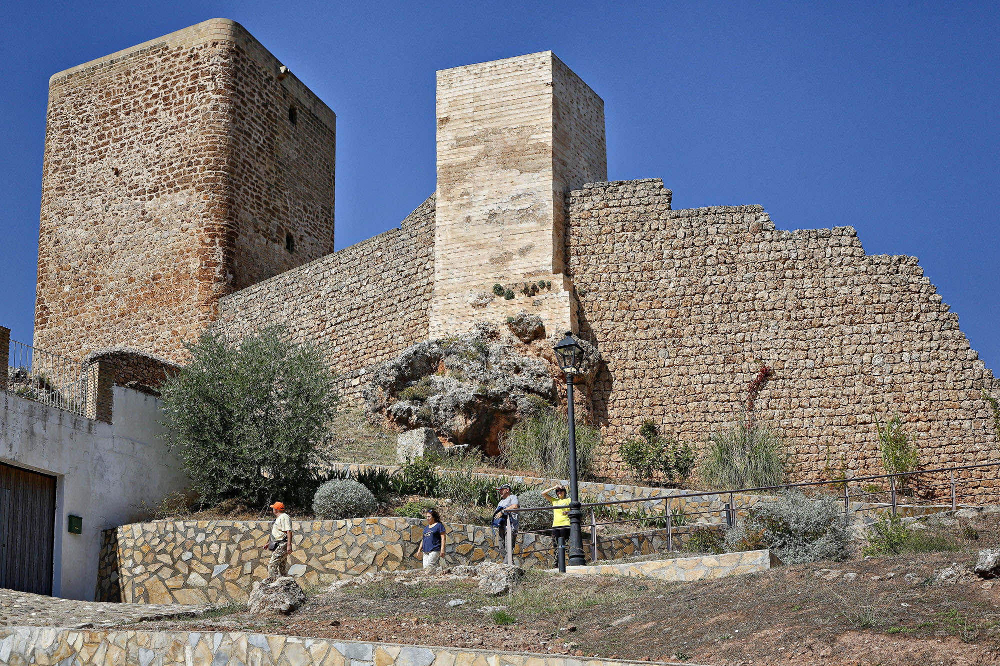 El castillo se encuentra en la entrada del pueblo de Hornos, difícil no toparse con él.