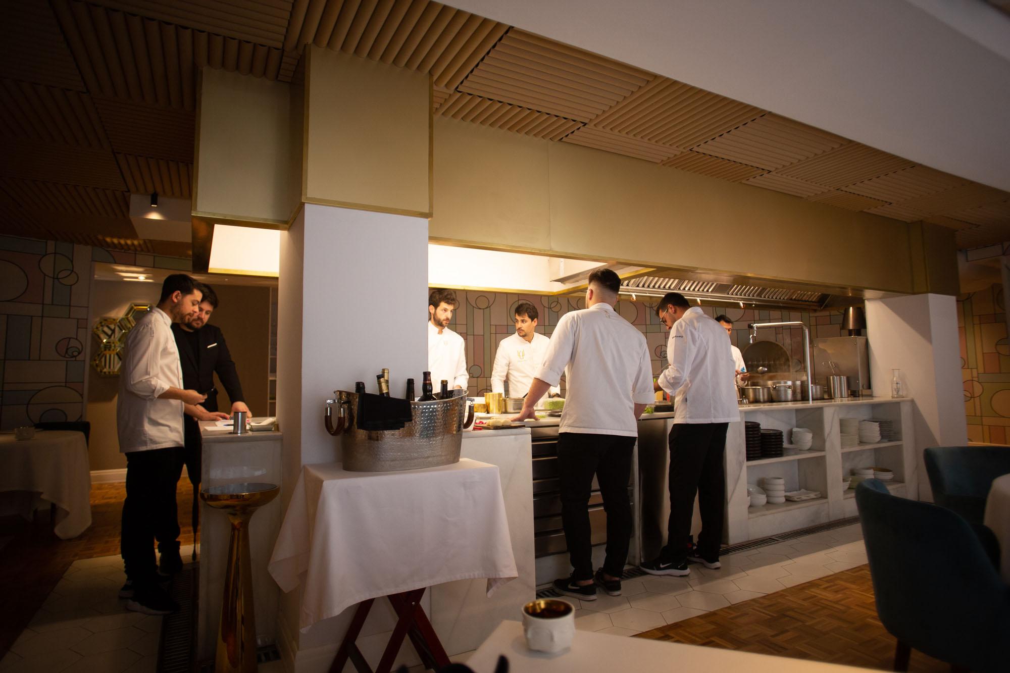 La cocina está integrada en el propio salón del restaurante.