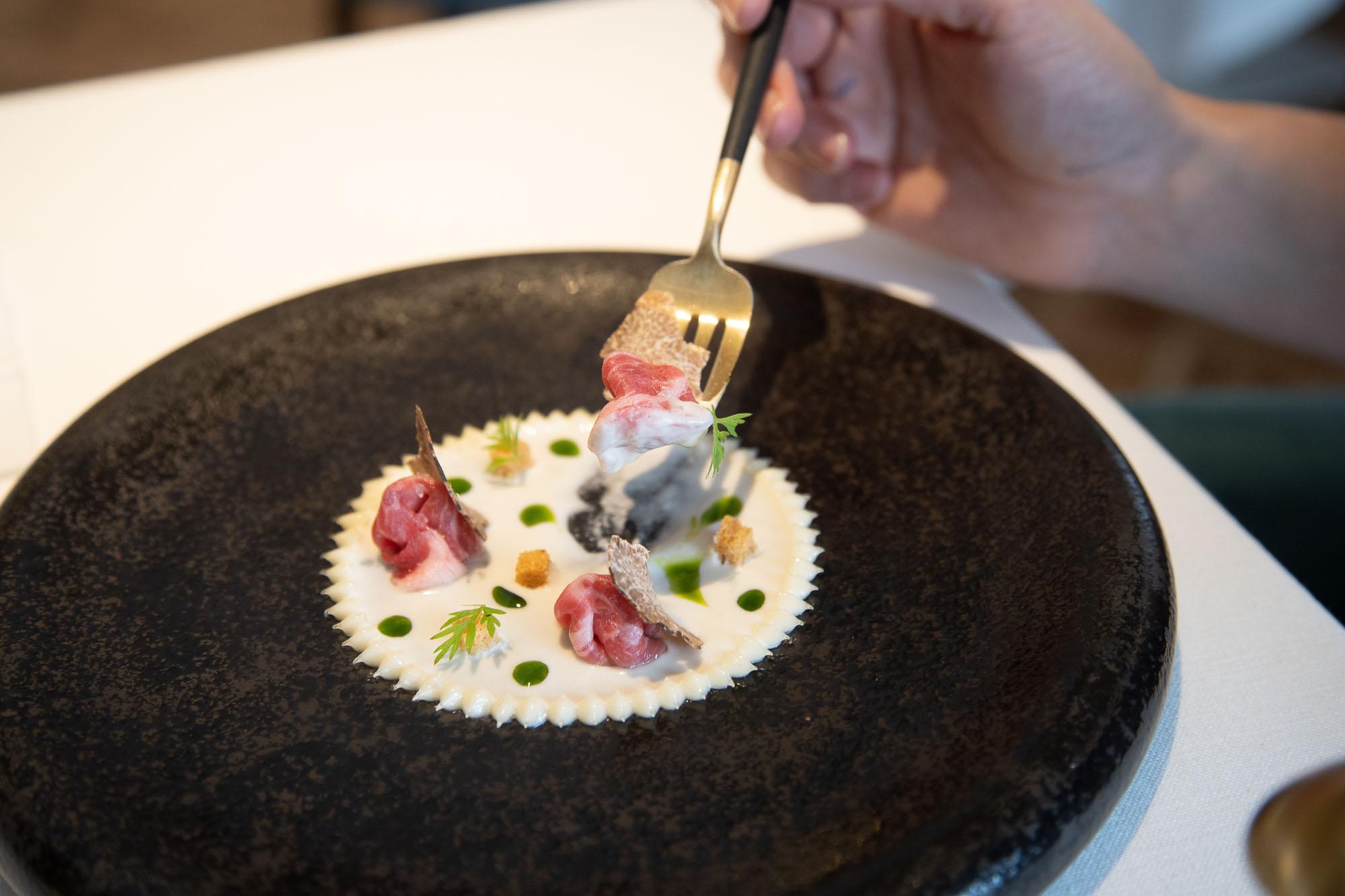 Láminas de presa ibérica con suero de cebolletas frescas, trufa blanca, boletus y queso payoyo.