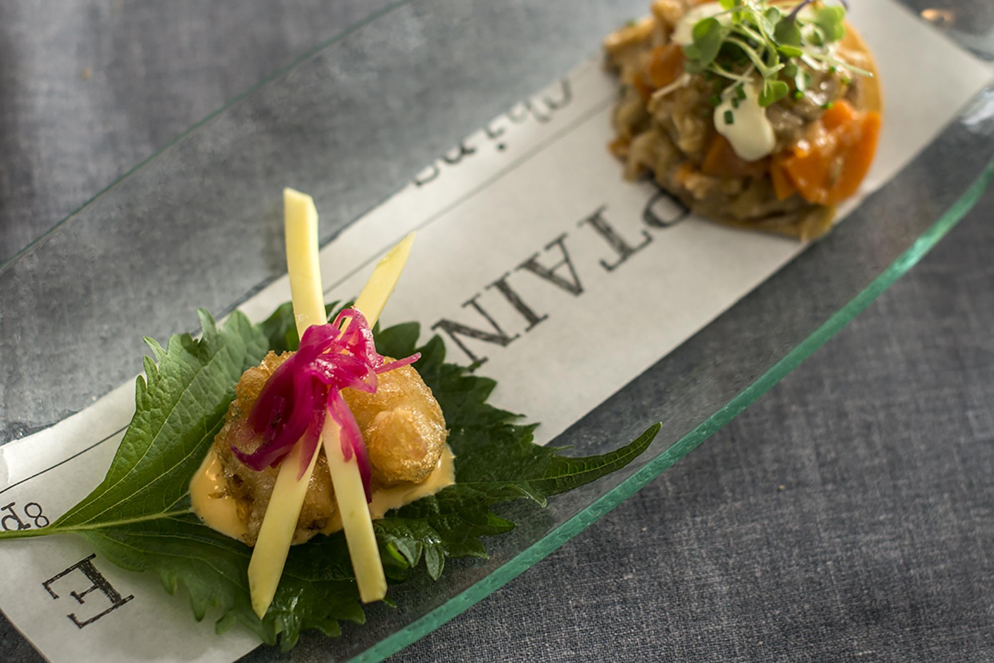 Gambón en tempura en hoja de 'shiso' y tosta de escabeche de gallina con emulsión de jalapeños.