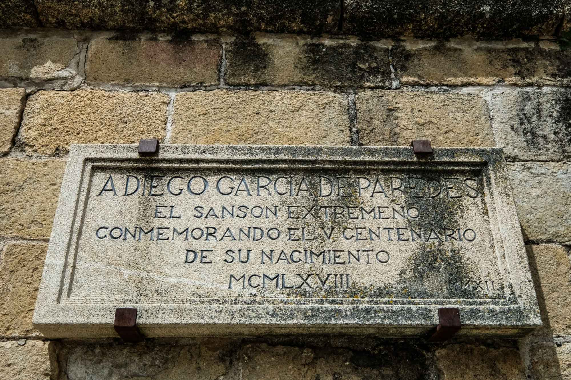 Placa en honor al Sansón de Extremadura, Diego García de Paredes.