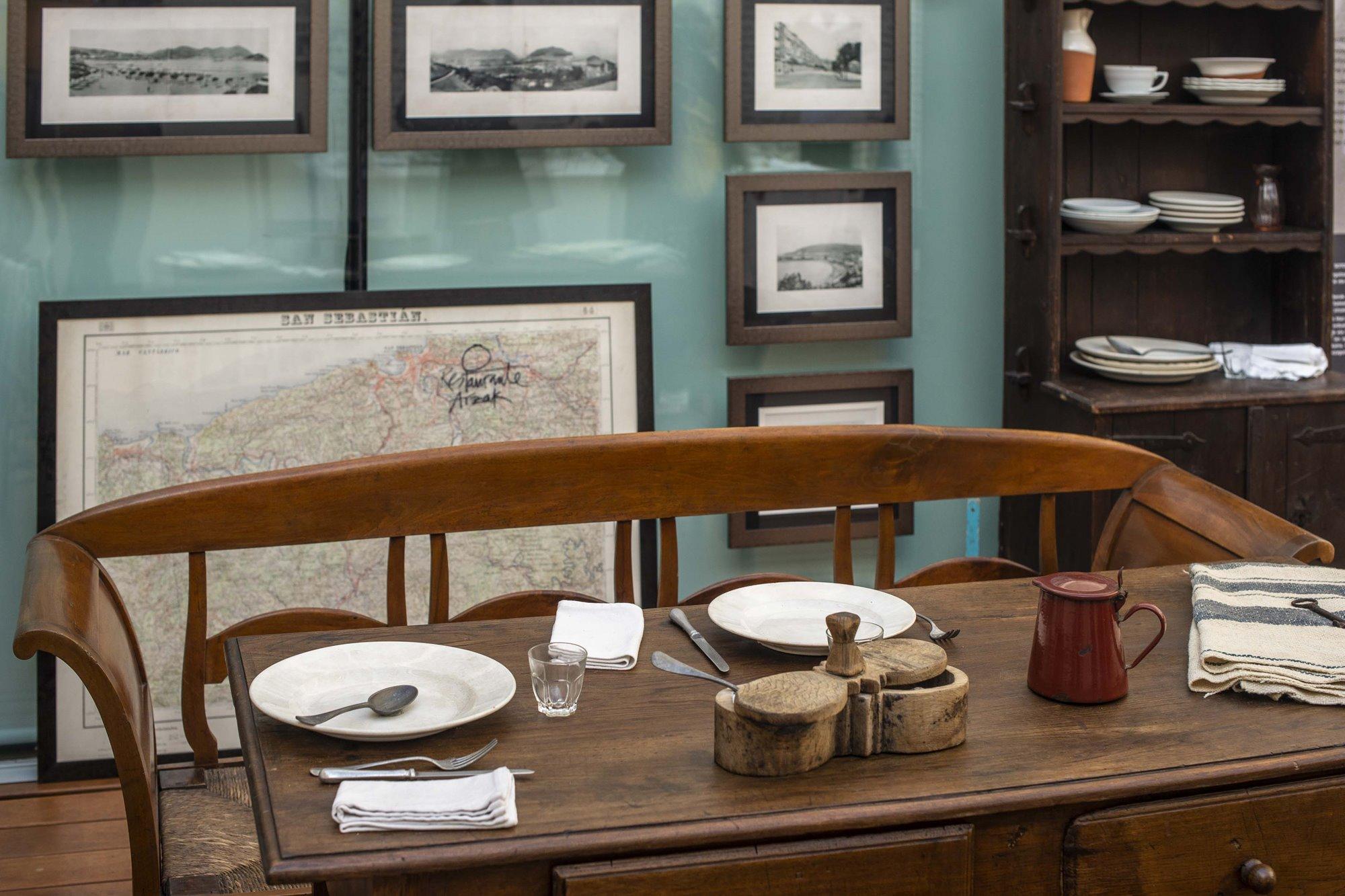 La mesa de la amona (abuela), que regentaba una taberna de vinos en la misma casa en la que se ubica el restaurante.