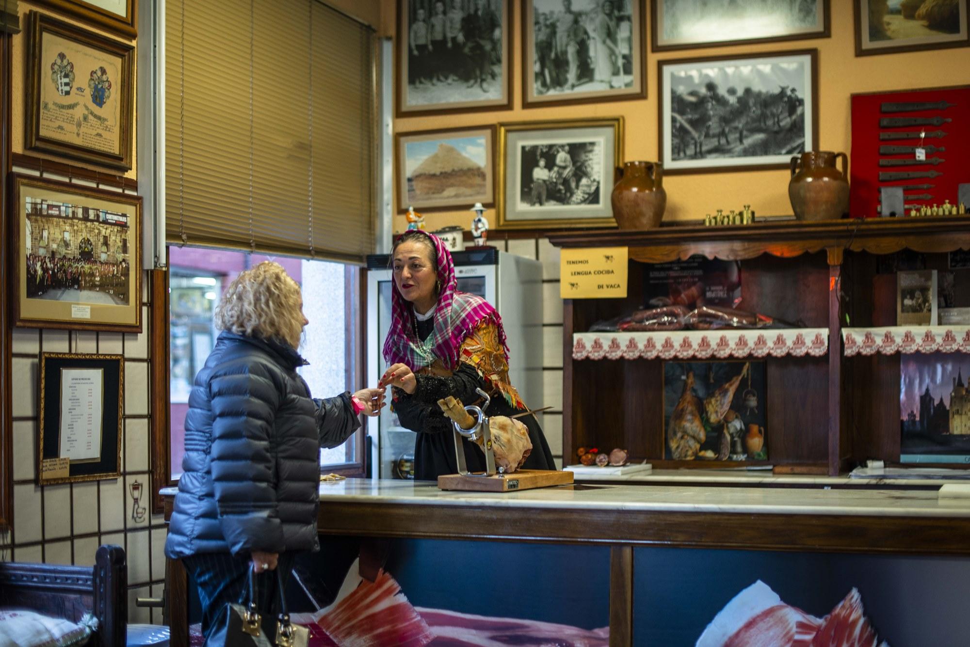 Tradición y comercio, conjunción perfecta en la tienda de Antonio 'el Jamonero', el último maragato.