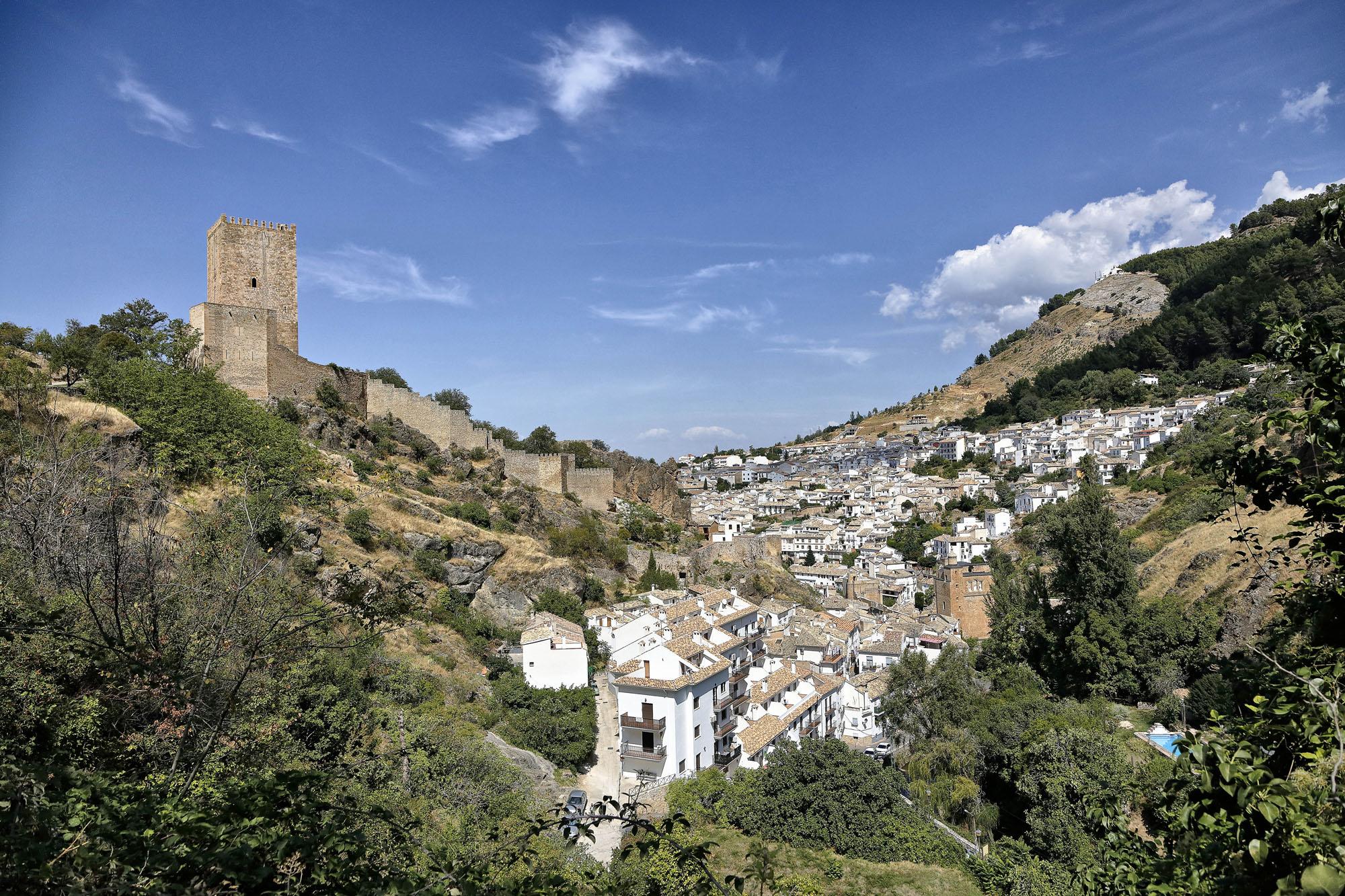Las vistas del castillo desde la carretera que lleva hasta su puerta.