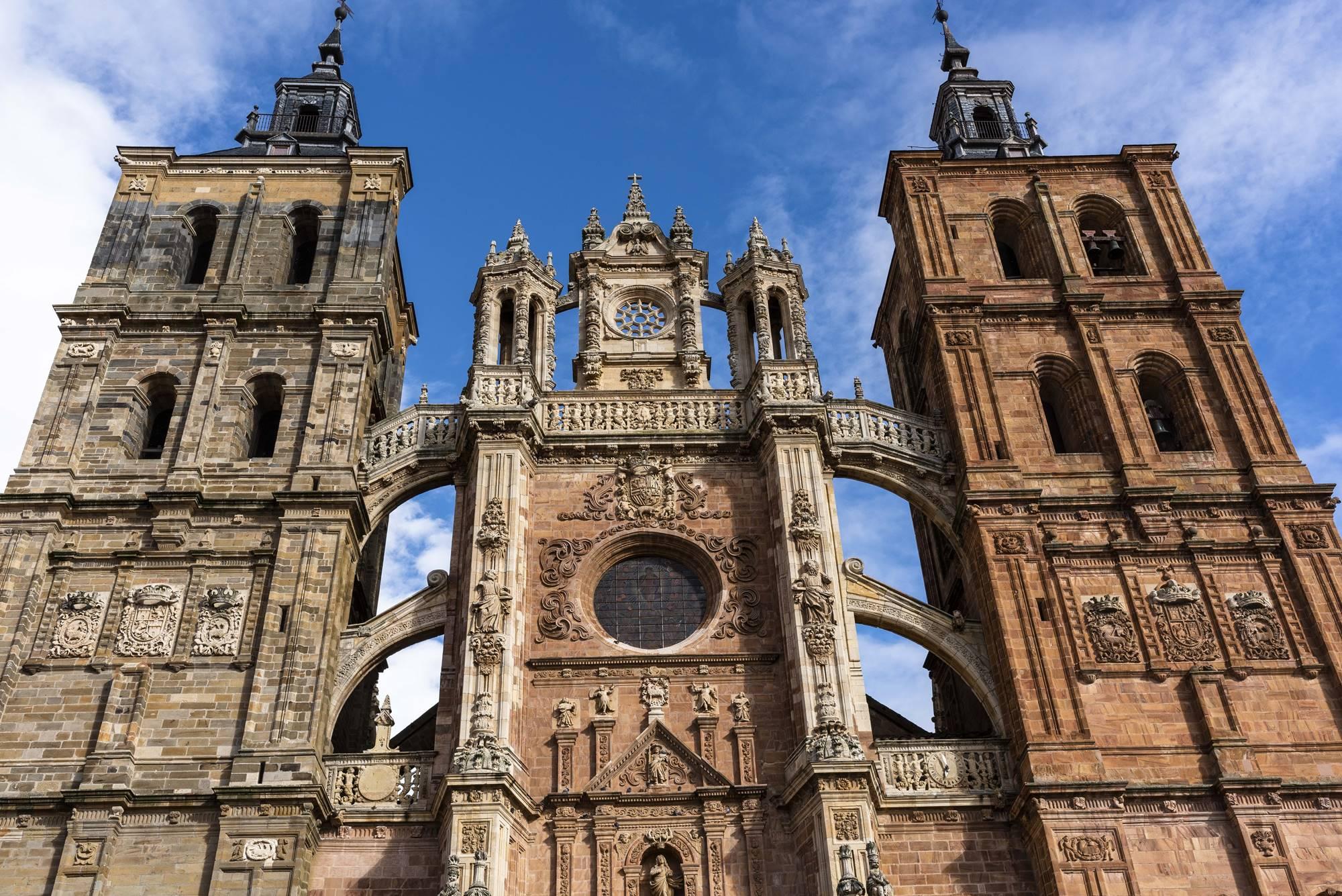 """""""Un monolito que ha caído en un lugar demasiado pequeño"""". Así describe Nooteboom la catedral de Astorga."""