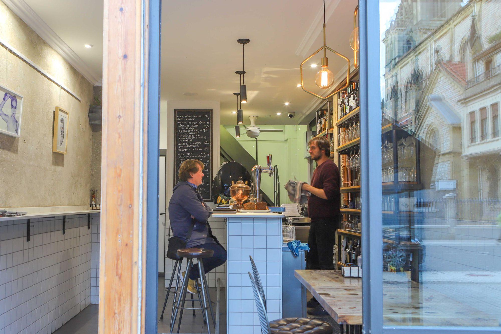 En un pequeño bar de no más de 27 metros cuadrados en el barrio de Gros, el chef Borja García ha levantado el imperio de la cocina sin humos.