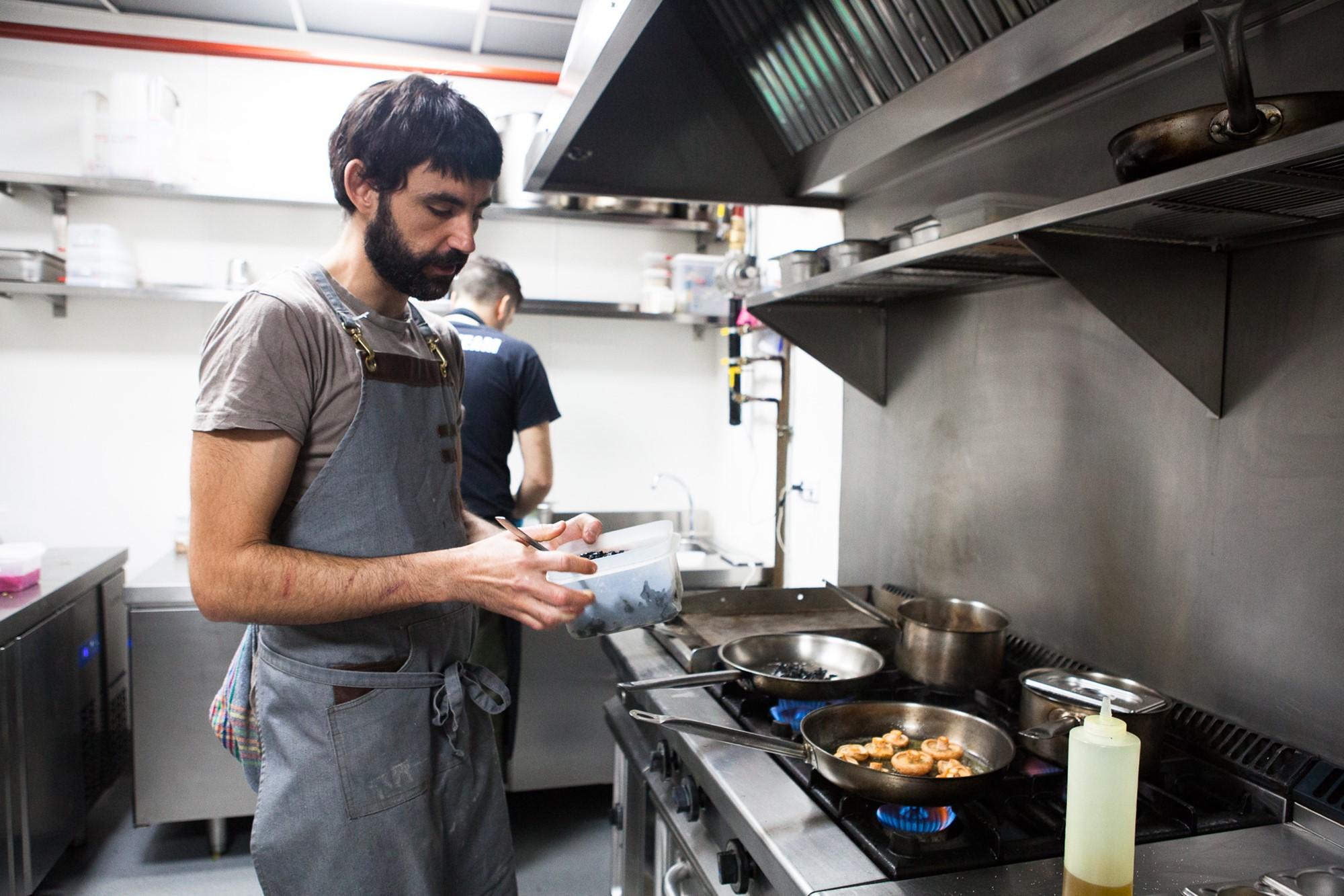 Pablo, cocinero de 'El Brote' pone el broche de oro al mimo con el que los dueños eligen las setas.