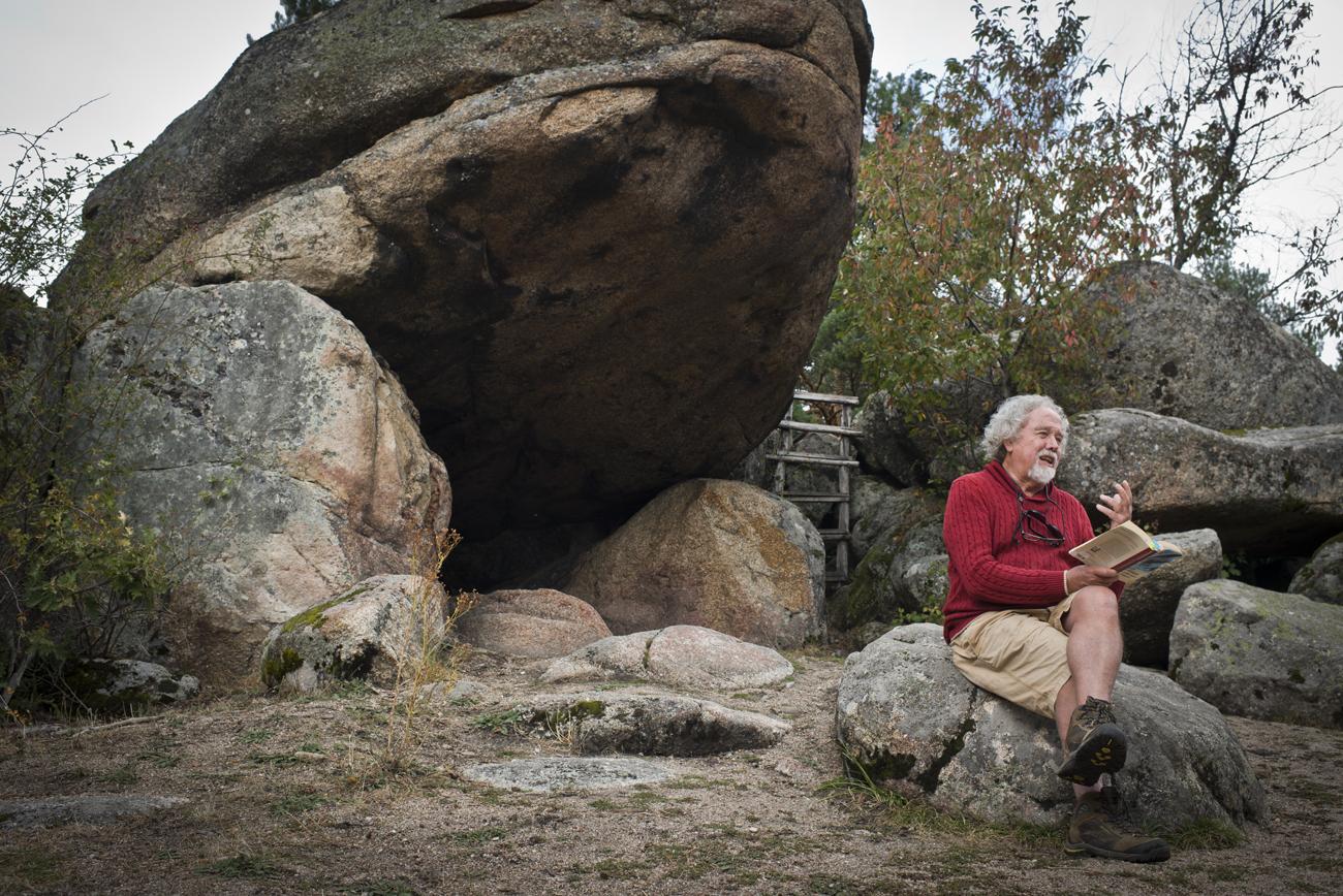 Buckley en la cueva de la famosa novela del Premio Nobel.