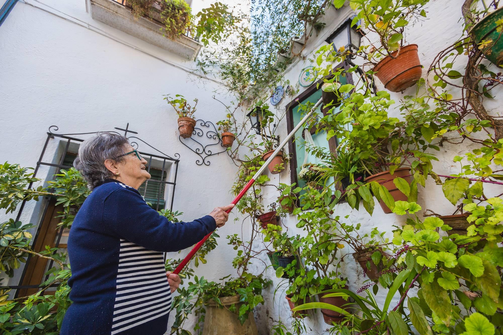 """Mercedes es una de las vecinas que cuidan que este """"urbanismo medieval"""" siga vivo."""