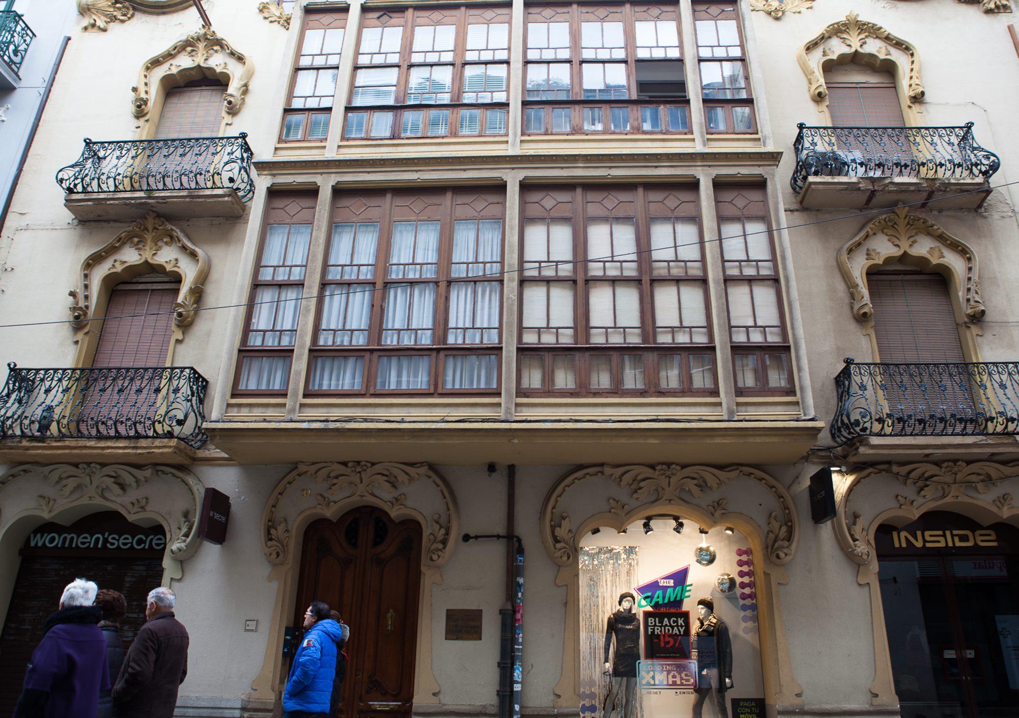Las tiendas en los bajos de las casas como la de Valentín Matilla, contrastan con el diseño modernista de sus fachadas.