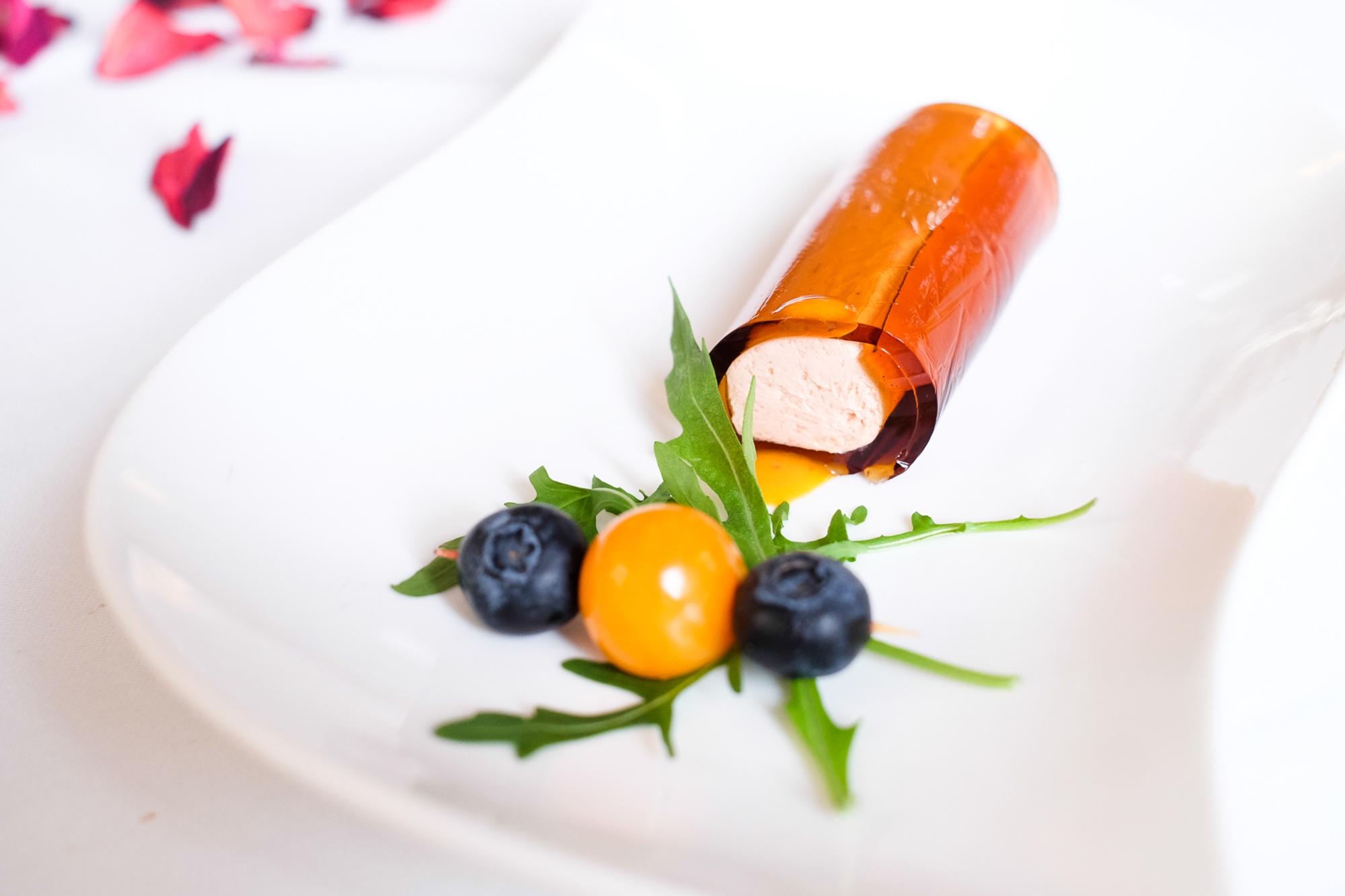 Una de las tapas más gustosas, también para la vista: canelón de Martini relleno de 'mousse' de 'foie'.