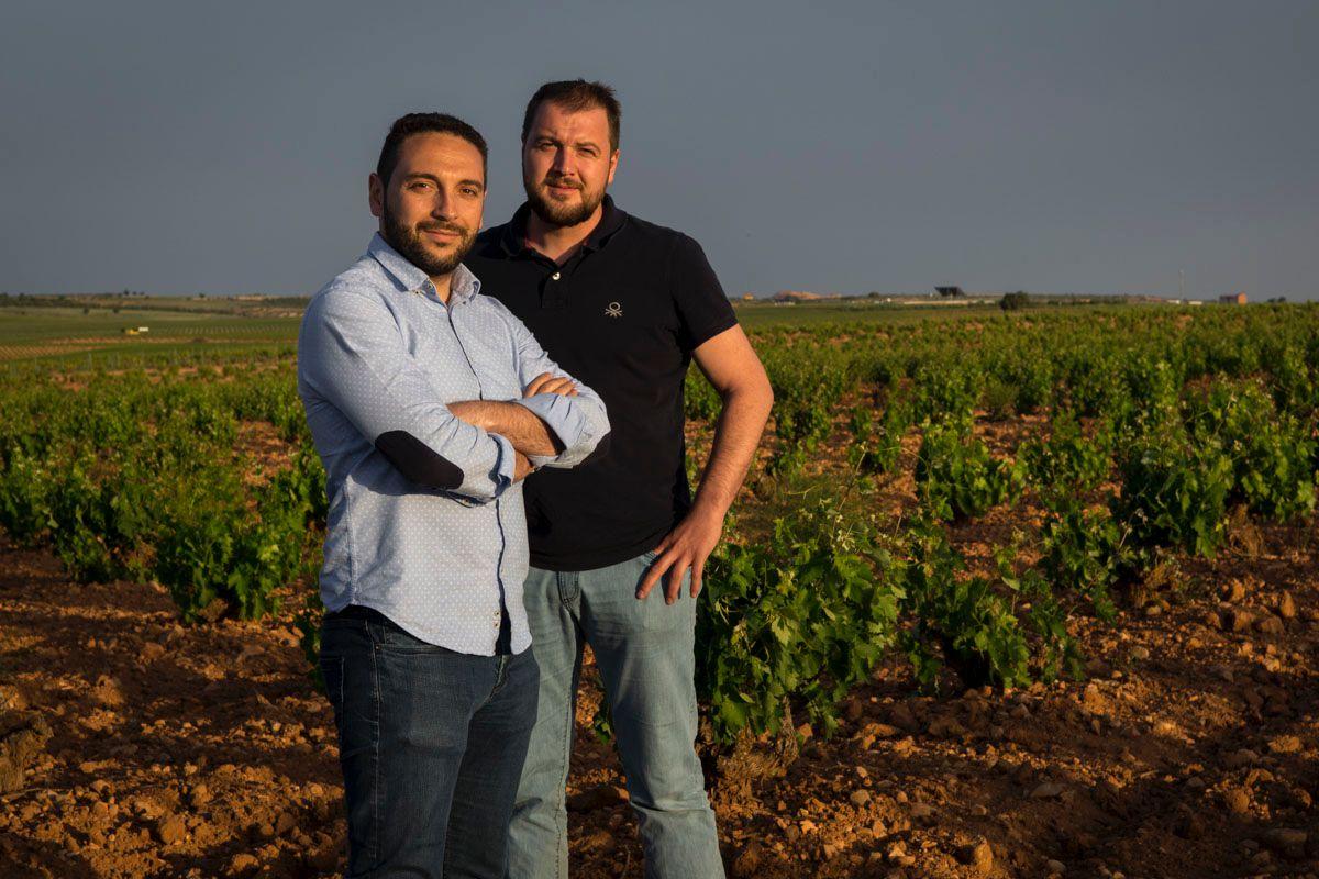 Jesús y Julián, de la microbodega 'Toledo & Ajenjo', primos y residentes en Quintanar de La Orden.