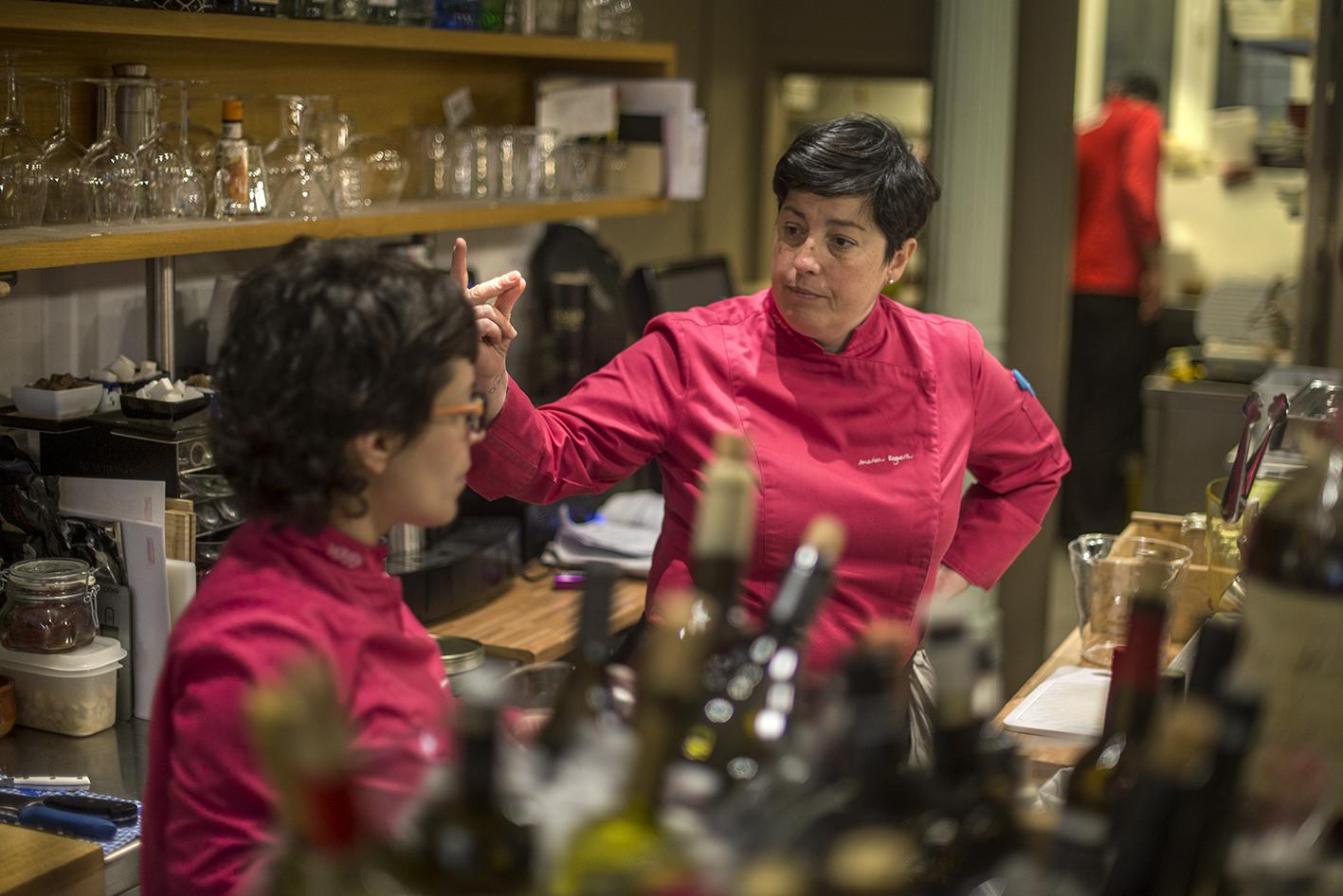 Marian y Carmen organizan el servicio desde la barra. Foto: Alfredo Cáliz.  