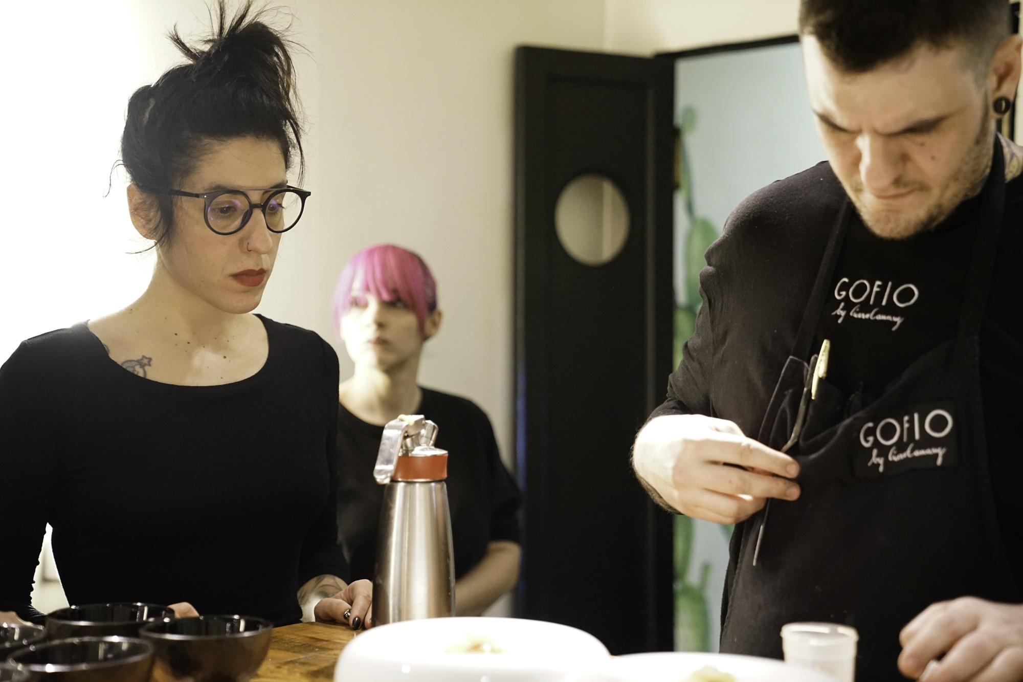 Los artífices de 'Gofio', Aída González y Sefa Cruz, en la mesa de montaje.