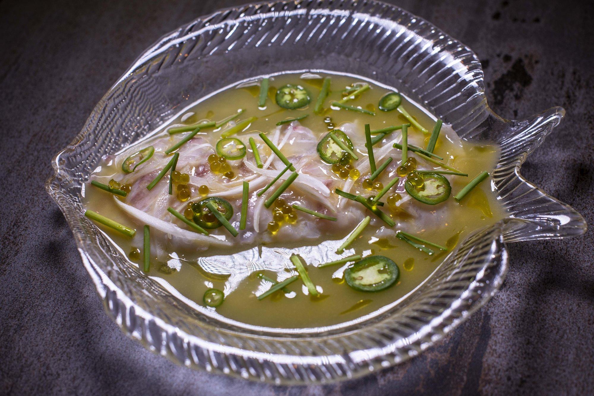 Tiradito de 'peixe' con jalapeños ardientes.