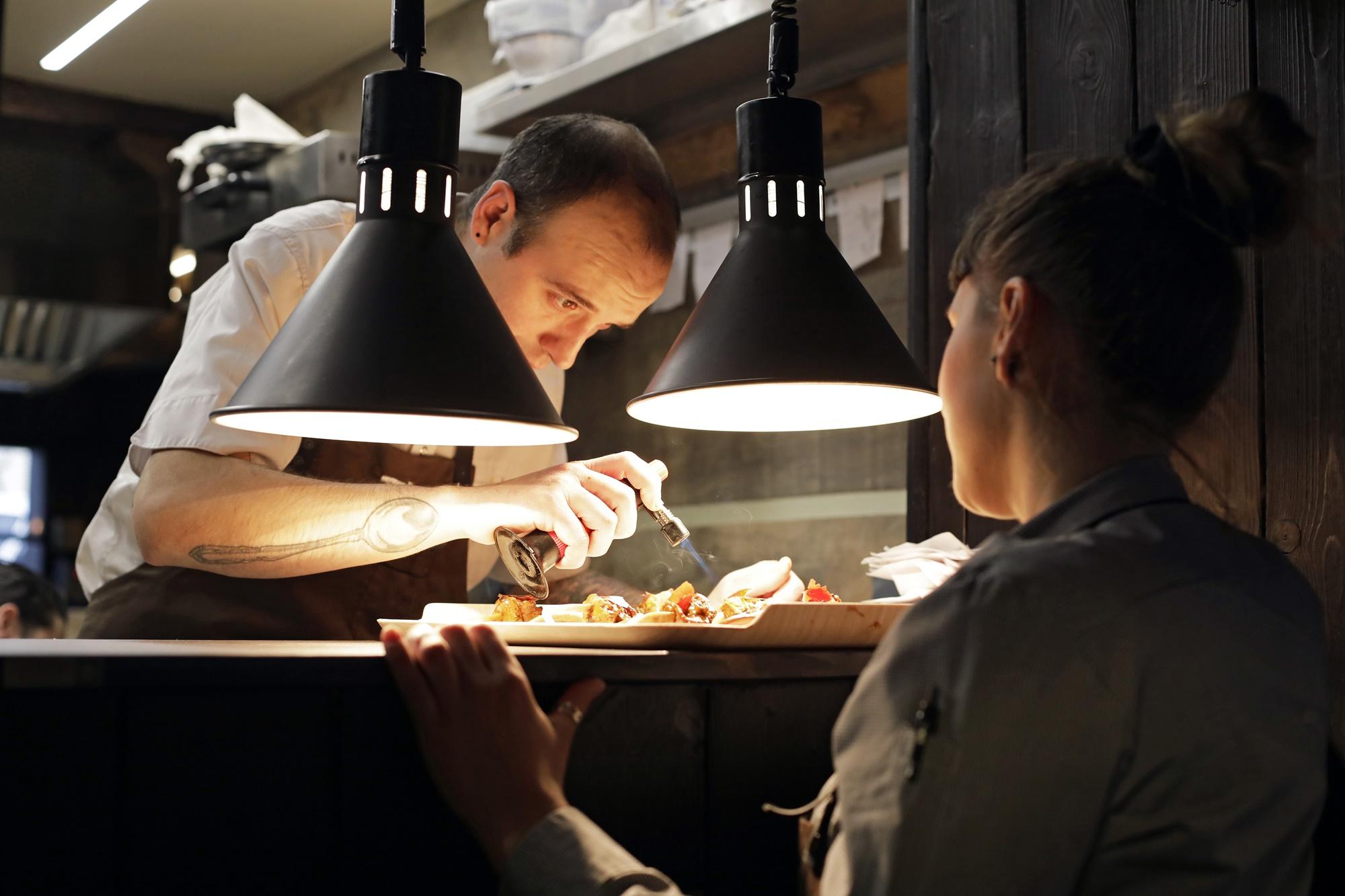 Edorta Lamo da el toque final a uno de sus platos justo antes de que salga a mesa.