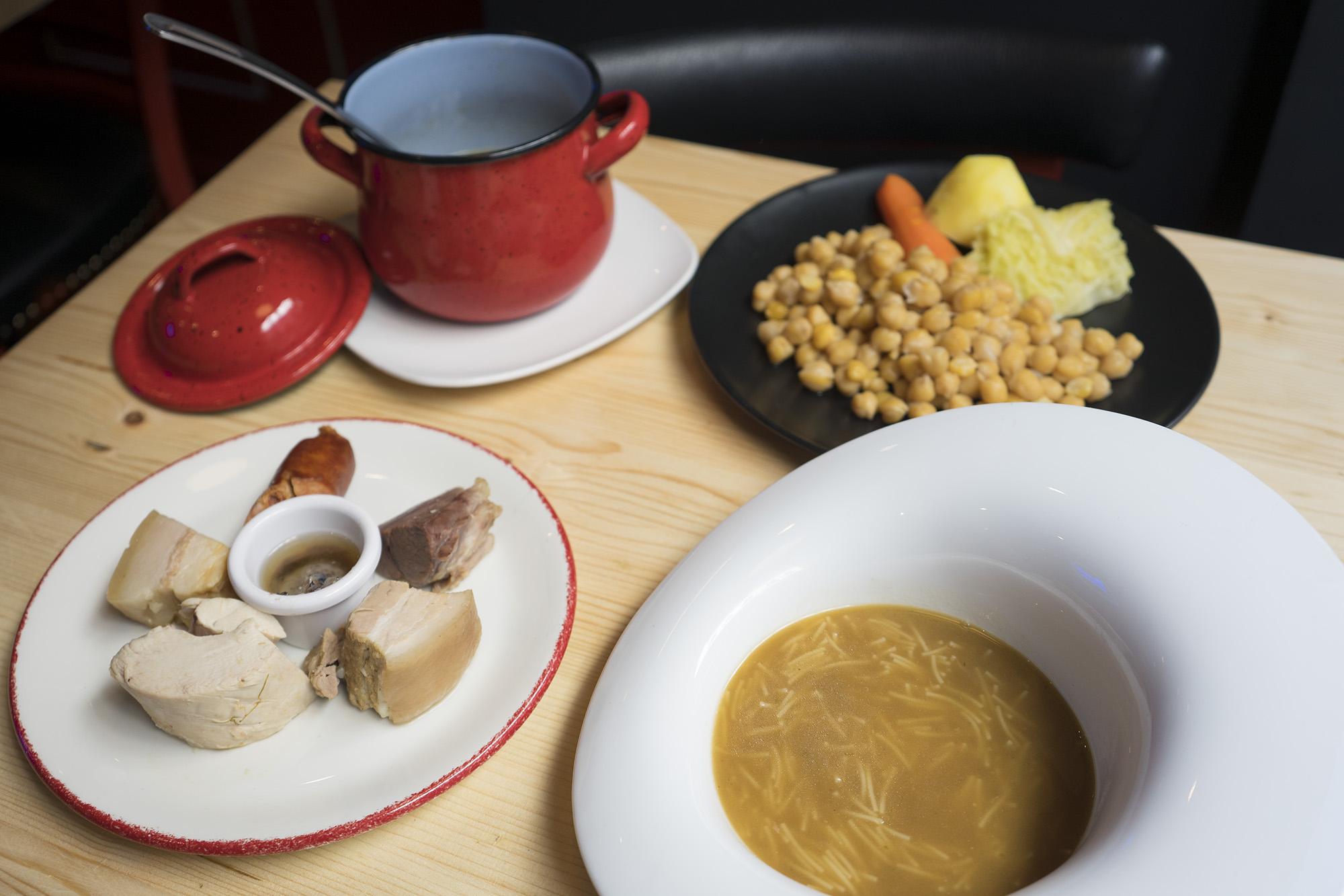 El caldo del cocido es la esencia de varios platos en la taberna 'Los Delgado'.