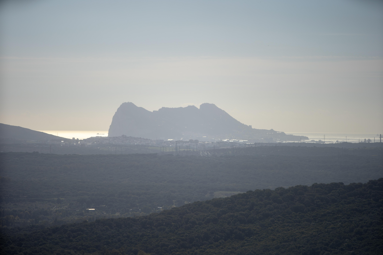 Al fondo, el peñón de Gibraltar.