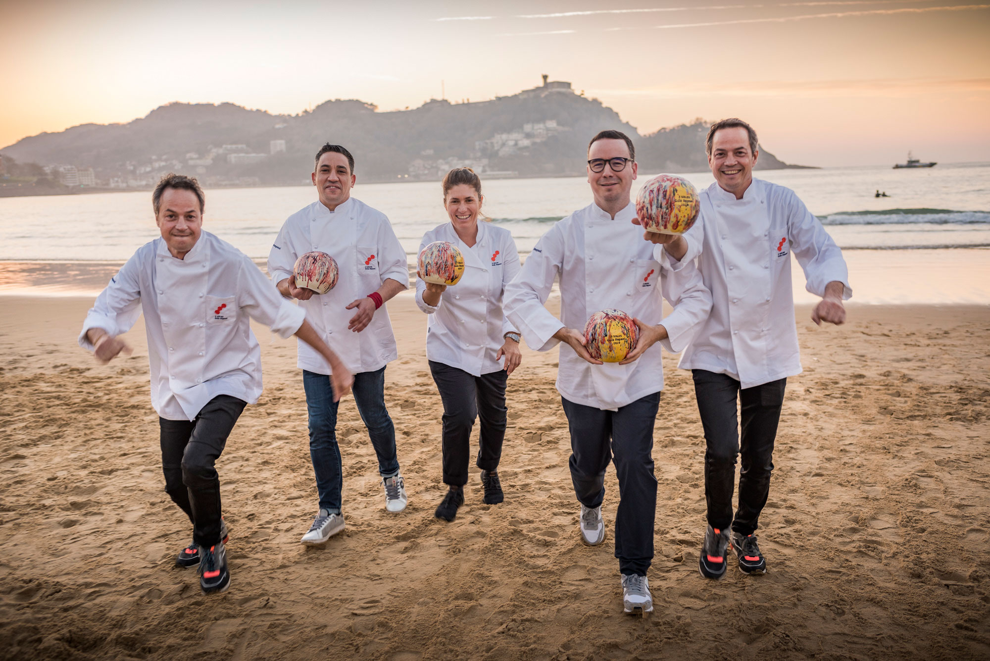 Los Torres, Ferruz, Maca de Castro y Paco Morales posan con sus Soles en la playa.