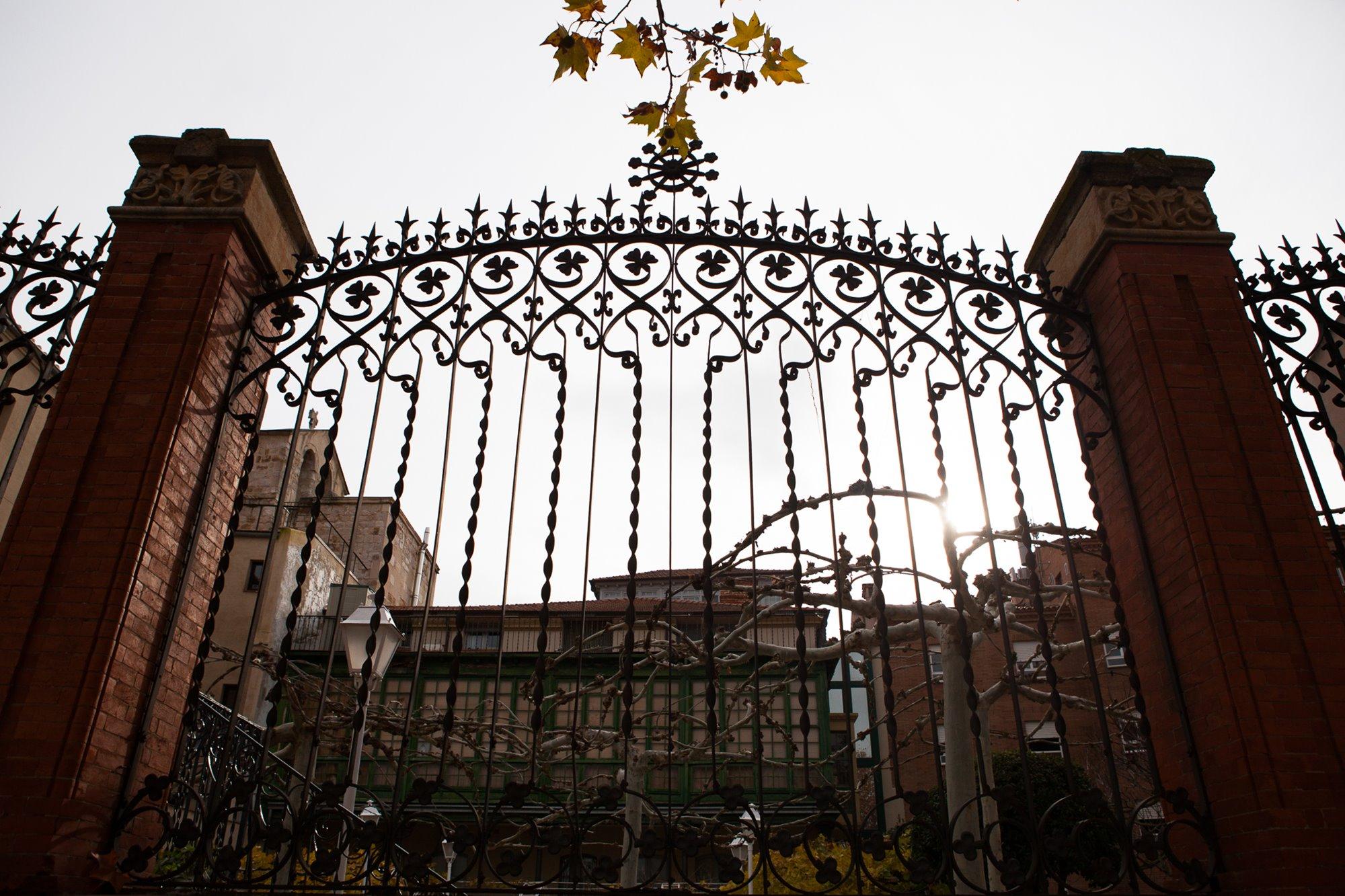 Cierre del jardín de la casa de Miguel Hervella, cerca de la plaza de Viriato y la plaza de Santa María Nueva.
