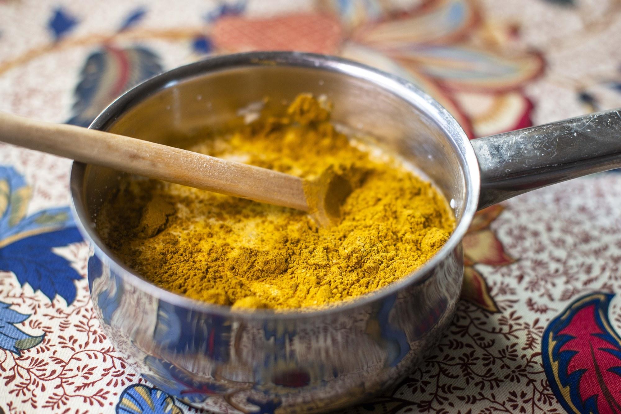 La salsa de nata y polvo de curry debe resultar un poco agridulce.