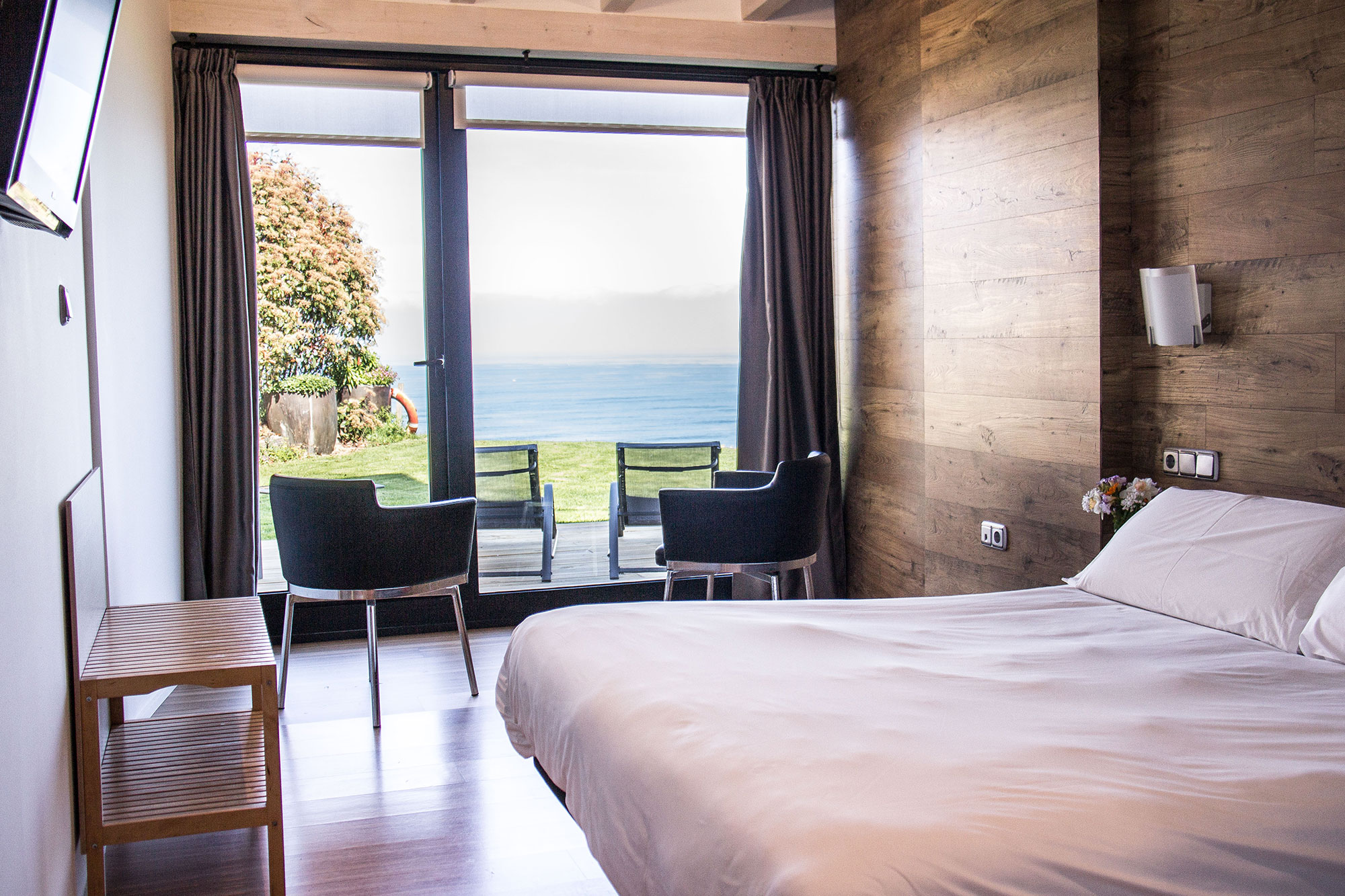 Las habitaciones son sencillas y acogedoras. No quieren quitarle protagonismo al exterior. Foto: Gorka Ibargoyen