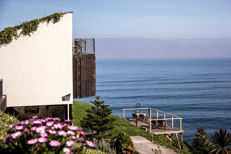El hotel se encuentra muy cerca de unos acantilados. Su terraza de madera es una gozada. Foto: Gorka Ibargoyen