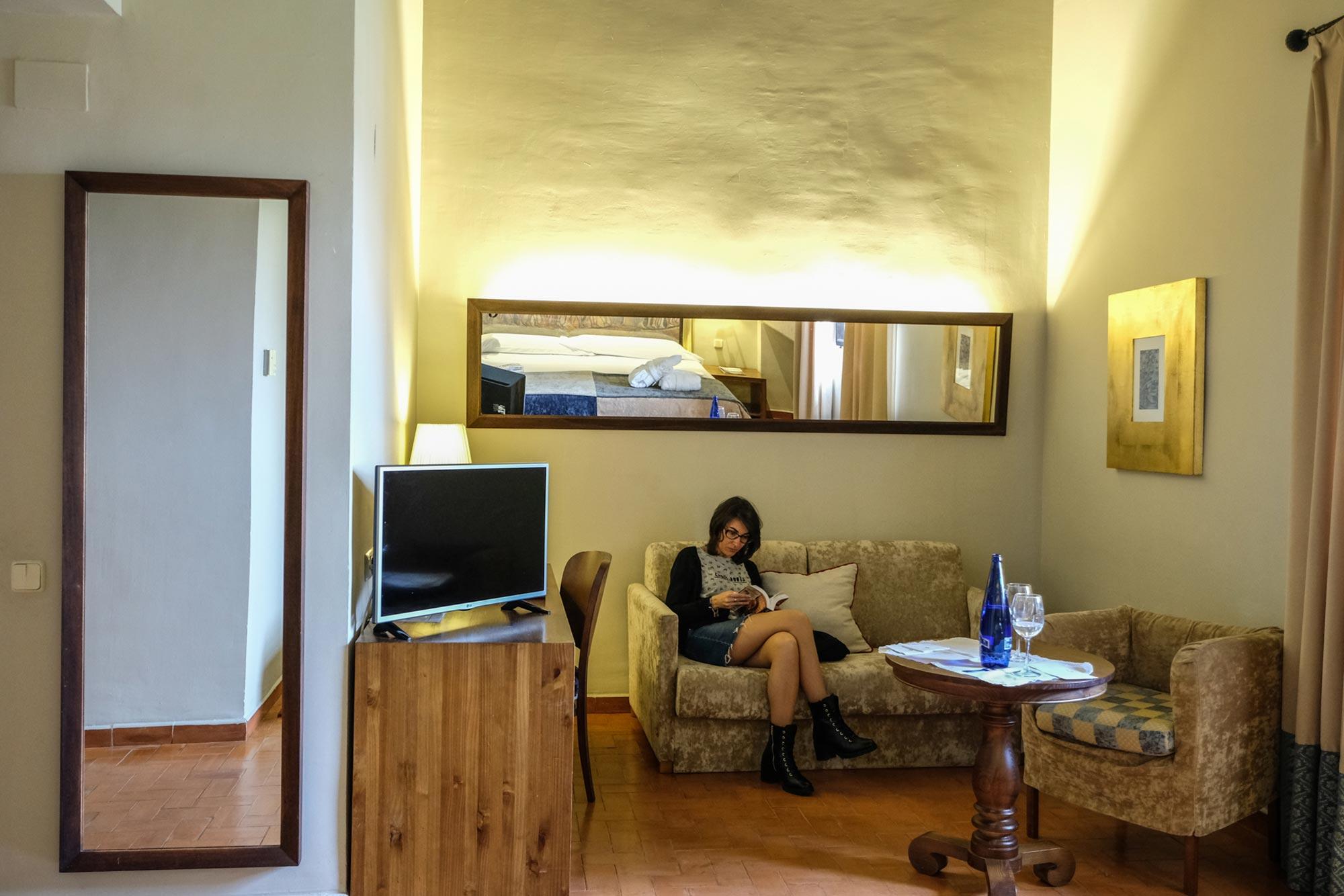 Pequeño salón en la habitación triple del Parador de Trujillo.
