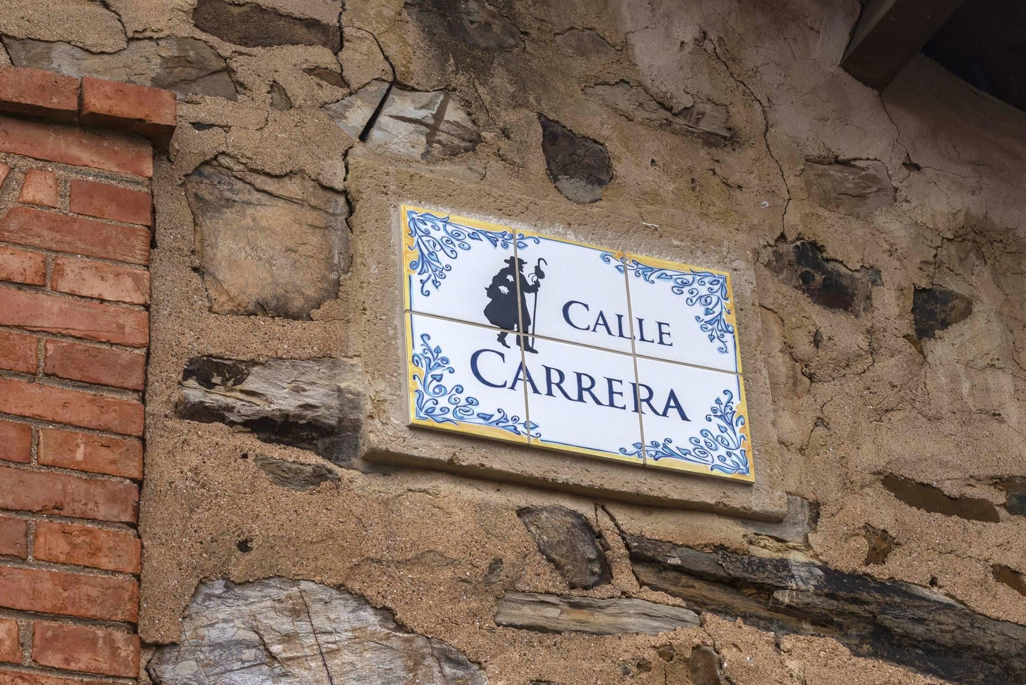 El peregrino en la Calle Carrera, quizá la de la carrera del bollo maragata.