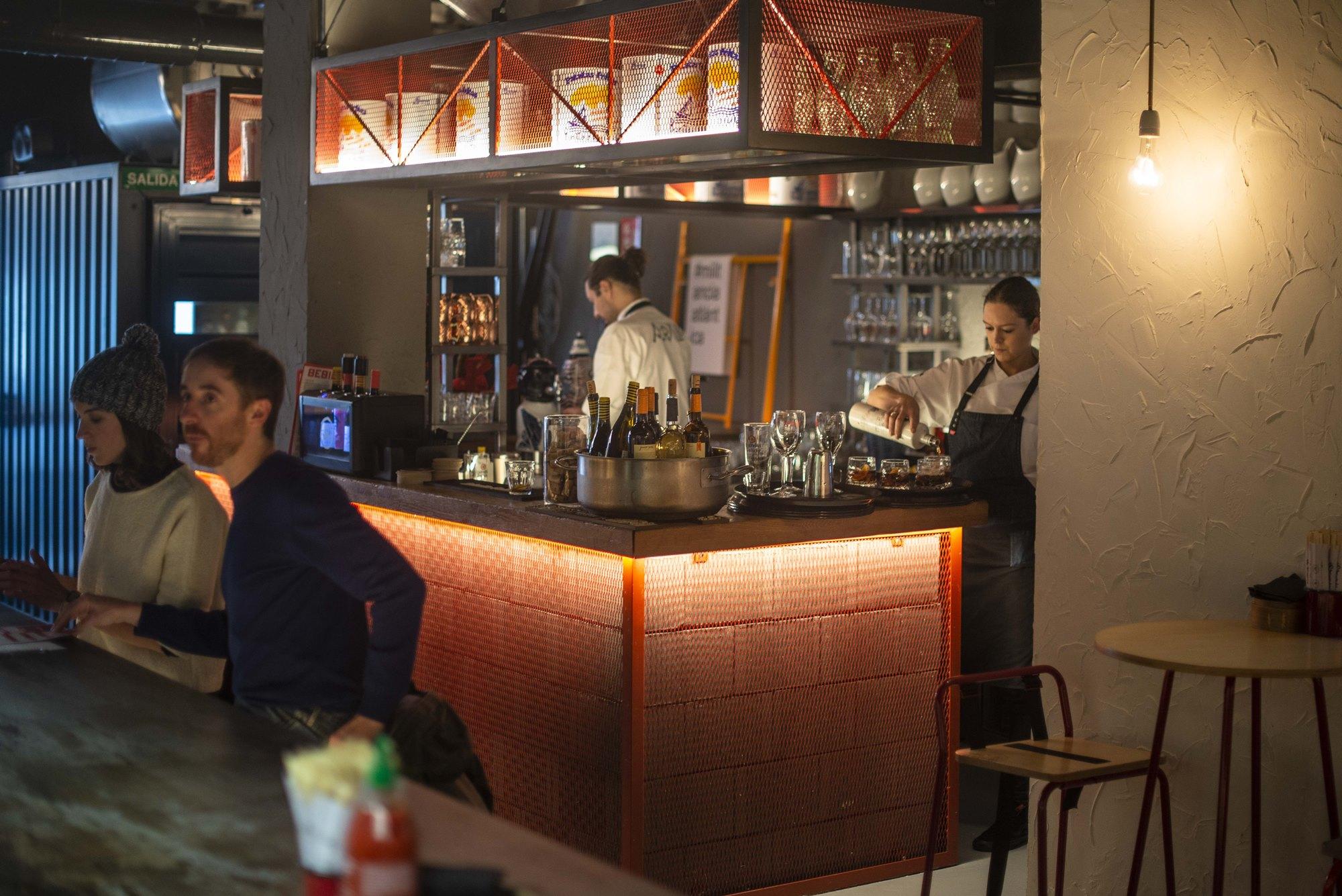 Aparte del espacio dedicado a la comida, los cócteles se preparan en una pequeña barra en una esquina de la sala.