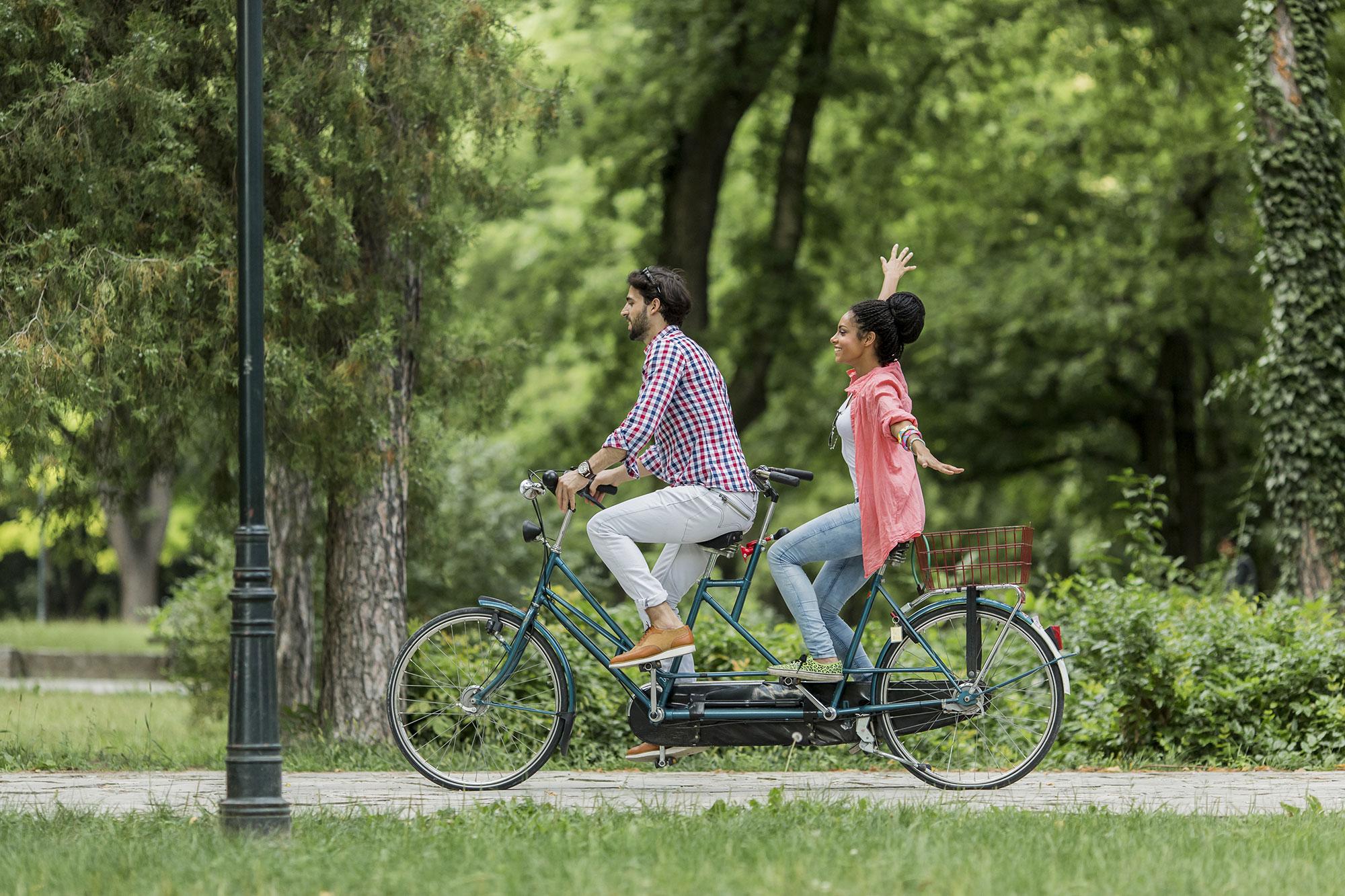 Coger la bicicleta en San Valentín puede ser un plan de lo más divertido para hacer en pareja. Foto: Shutterstock.
