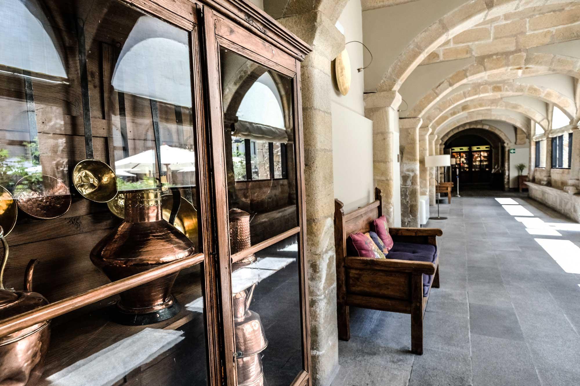Detalle de una vitrina en el claustro renacentista.