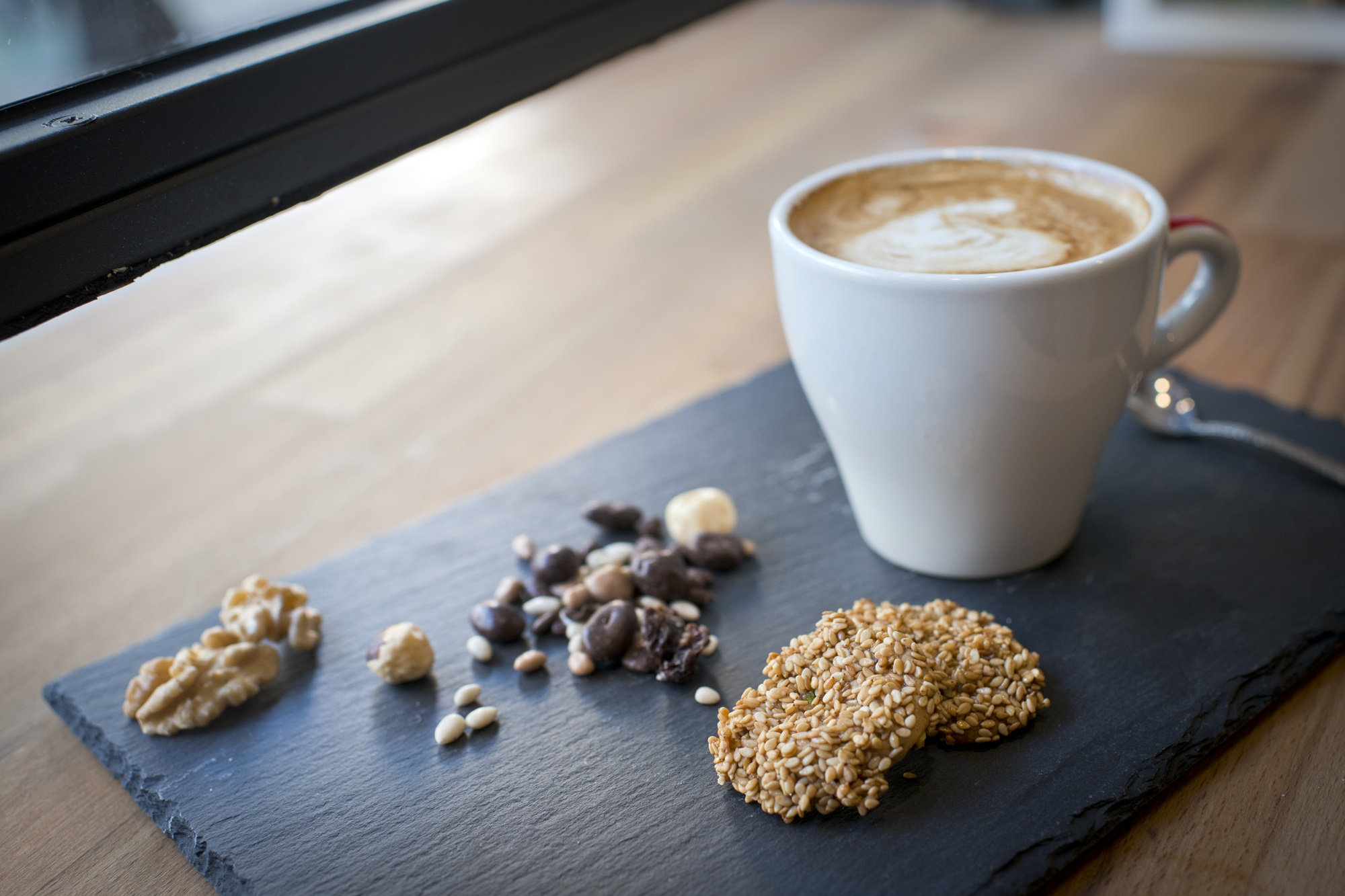 'NutNut' también cuenta con un espacio de cafetería.