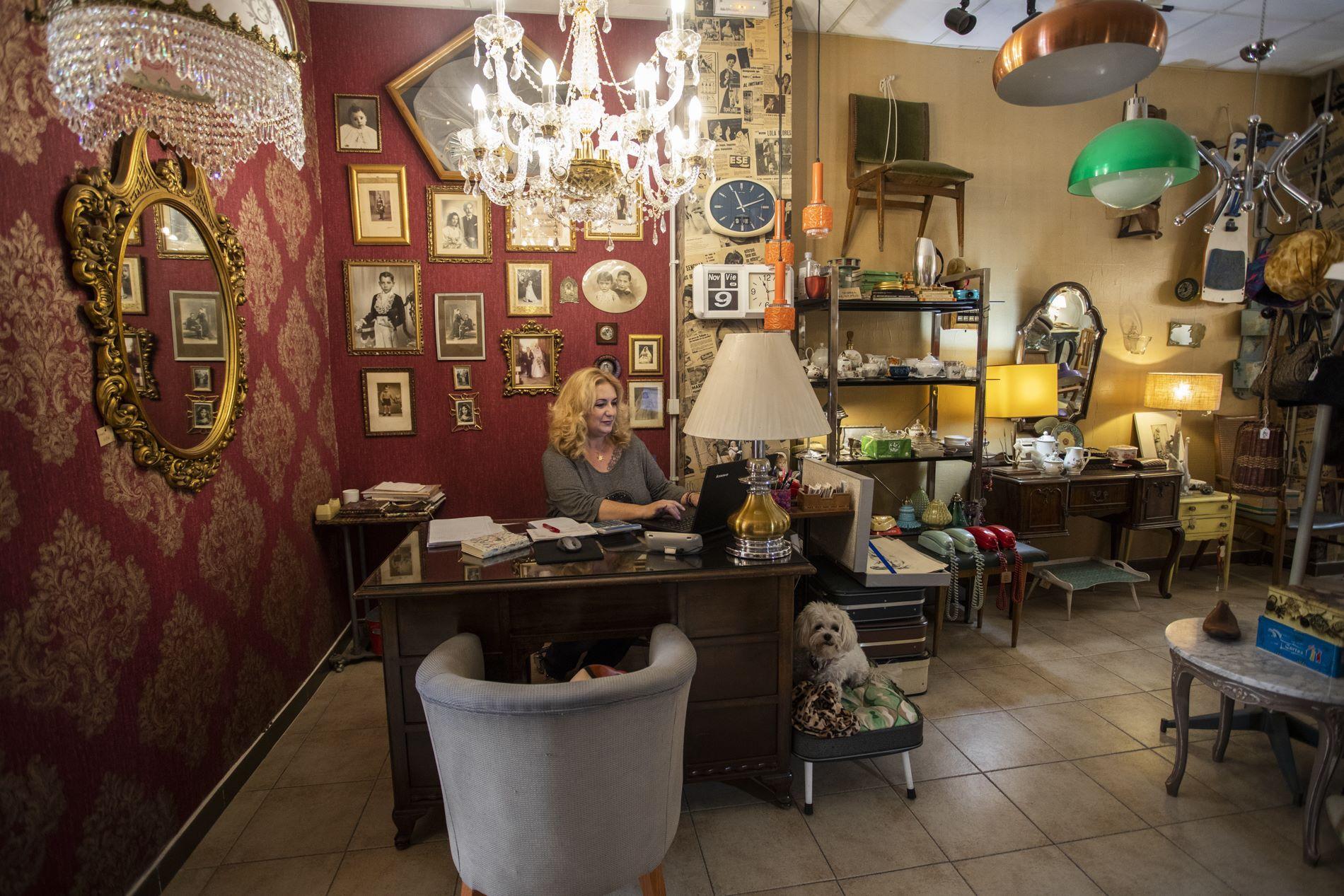María José trabajando en su pequeña y exuberante oficina y Olivia al lado, en su camita yé-yé.