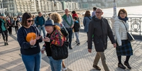 Gente en el paseo registrándose para participar.