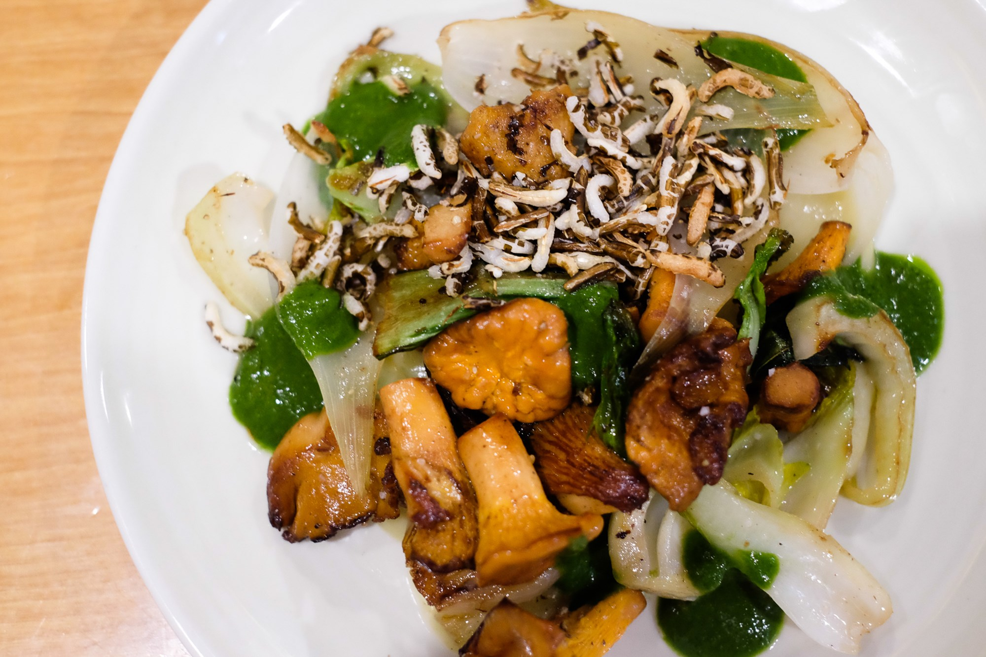 Rebozuelo con arroz inflado y 'pak choi'.