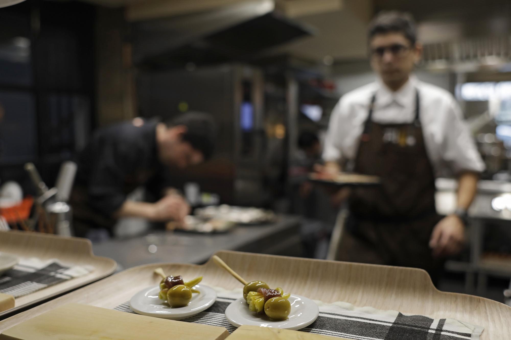 En la cocina se preparan las gildas, con la particularidad de llevar solomillo de paloma en lugar de anchoa.