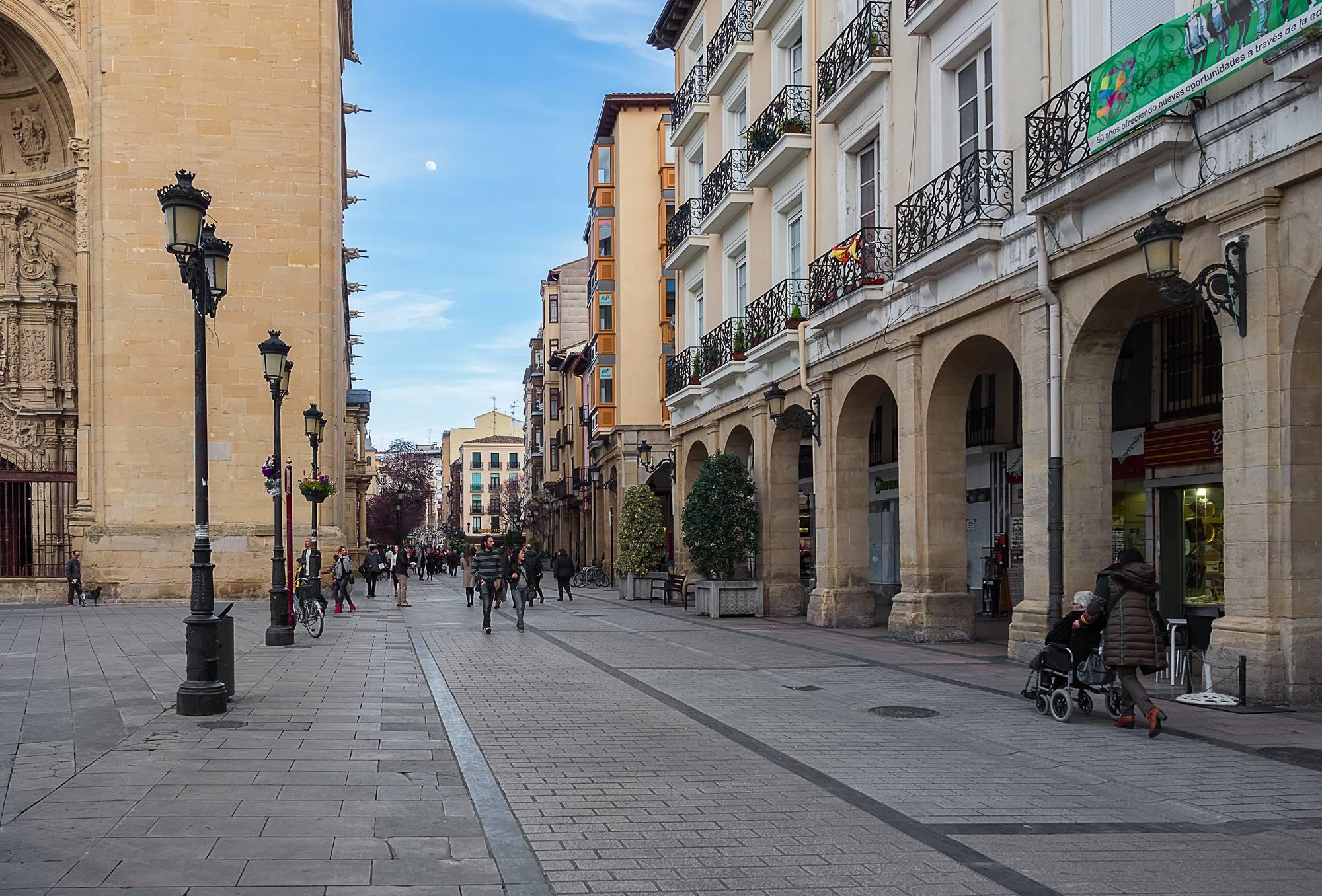 Los míticos portales albergan multitud de bares y dan nombre a la avenida. Foto: Shutterstock