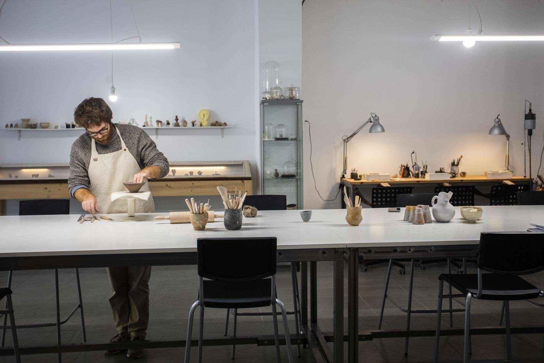 Pedro trabaja la cerámica en el amplio taller de la pareja.