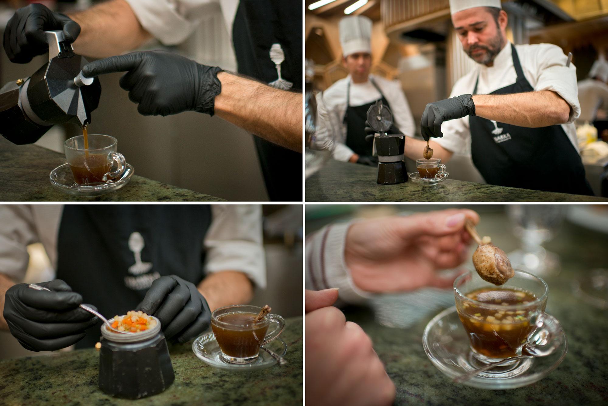 El menú da comienzo con una cafetera italiana. En su interior, un consomé de pichón con su guarnición.