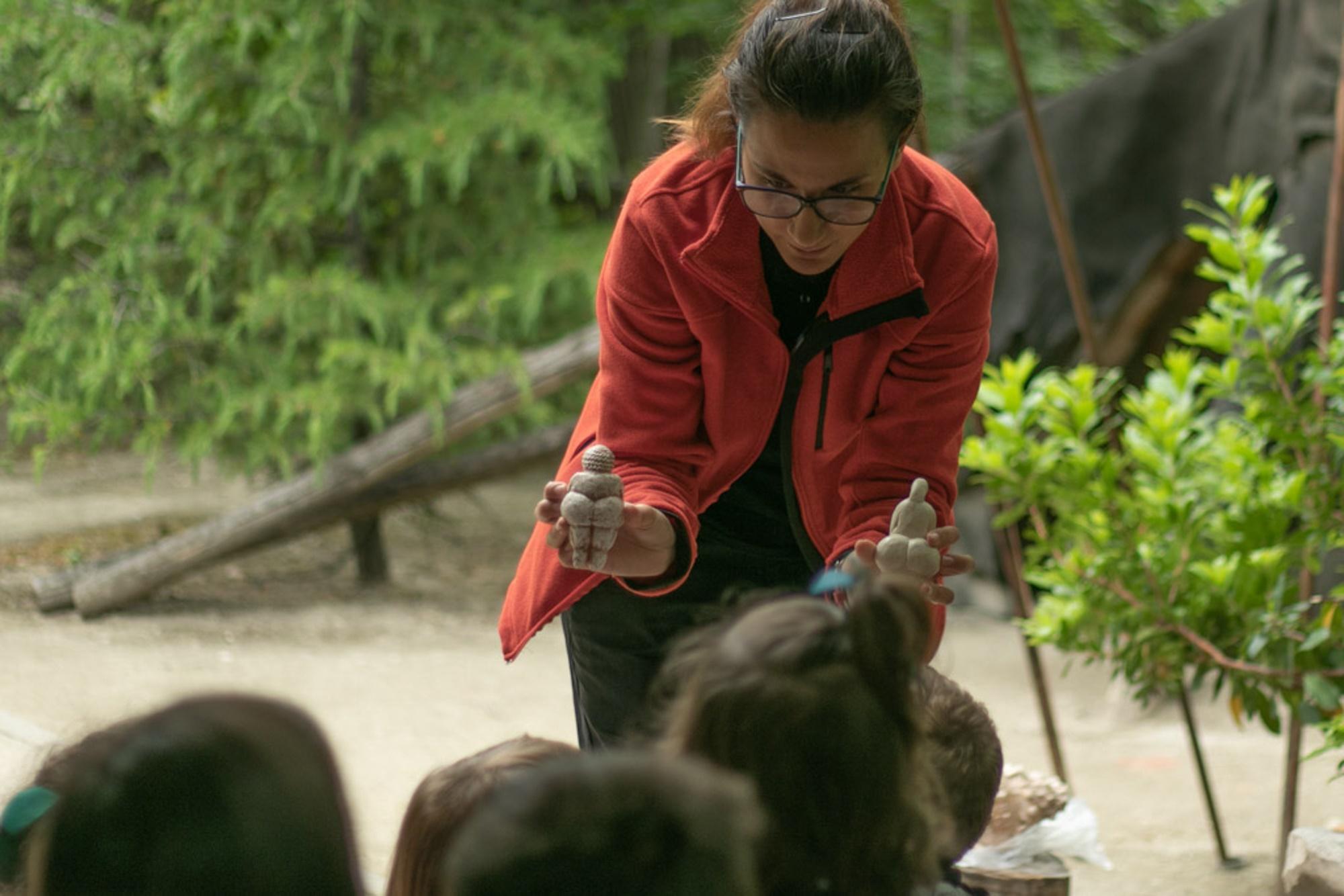 Irene y Ana muestran réplicas de tallas paleolíticas.