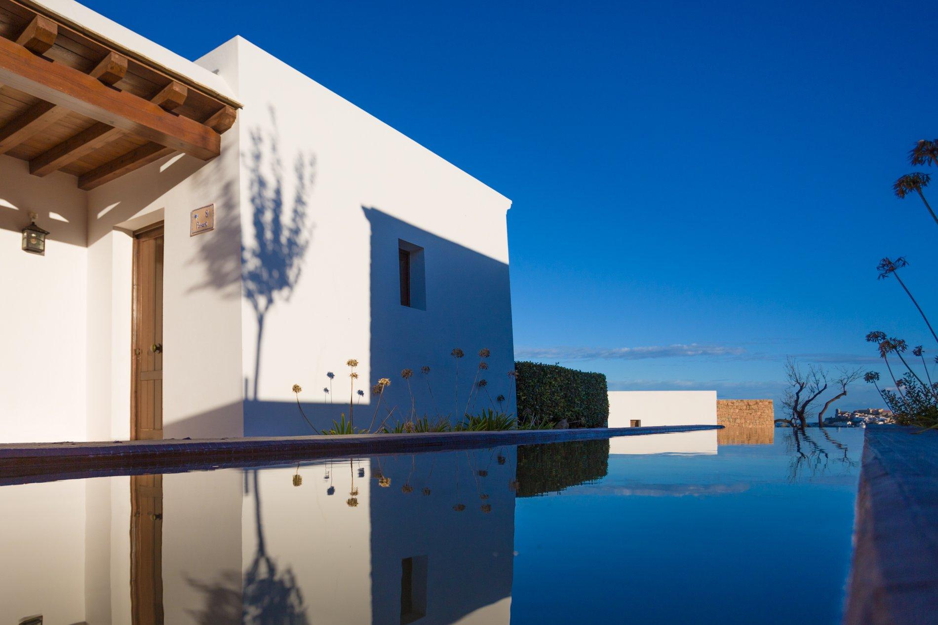 El complejo cuenta con 10 villas: 2 suites y ocho habitaciones con salón, baño y terraza.