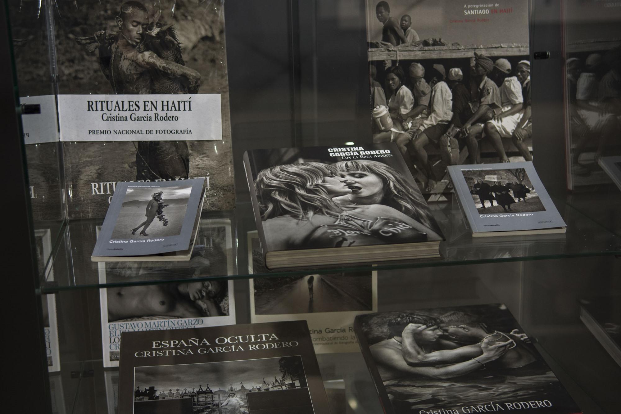Vidriera con libros de García Rodero en la sala permanente del museo.