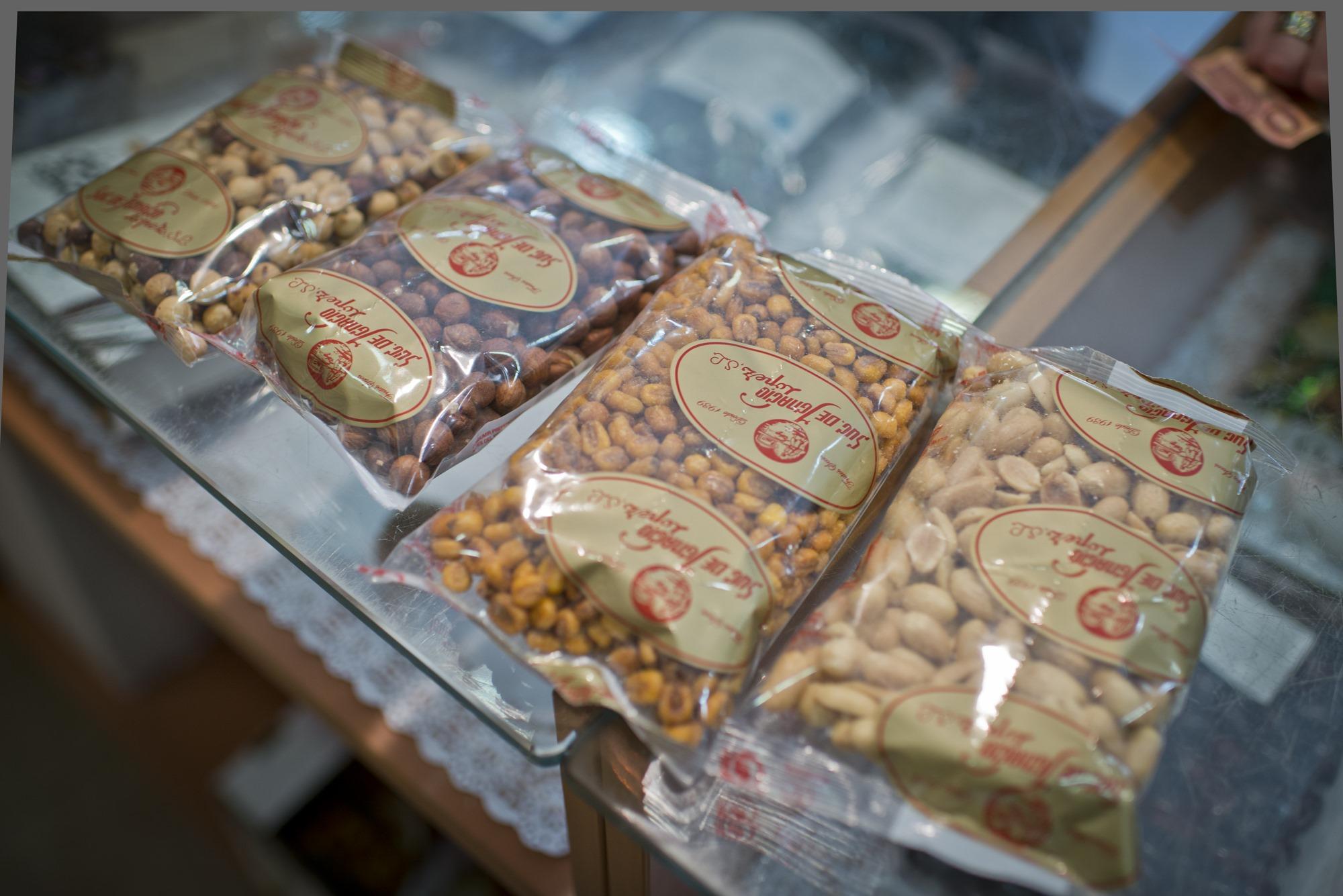 Más de 70 referencias atesoran los dueños de una de las tiendas de frutos secos más antiguas de la capital.