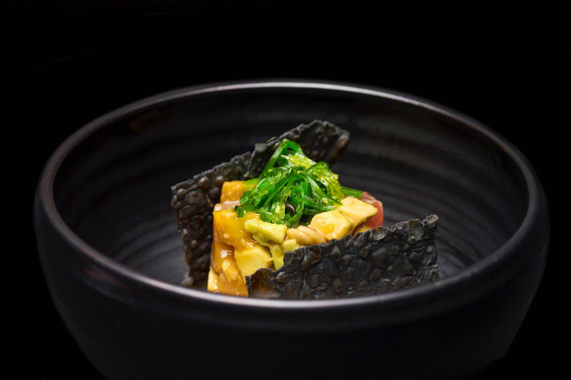 'Poke' de atún rojo con piña asada, anacardos y aguacate. Foto: 'Avec'.
