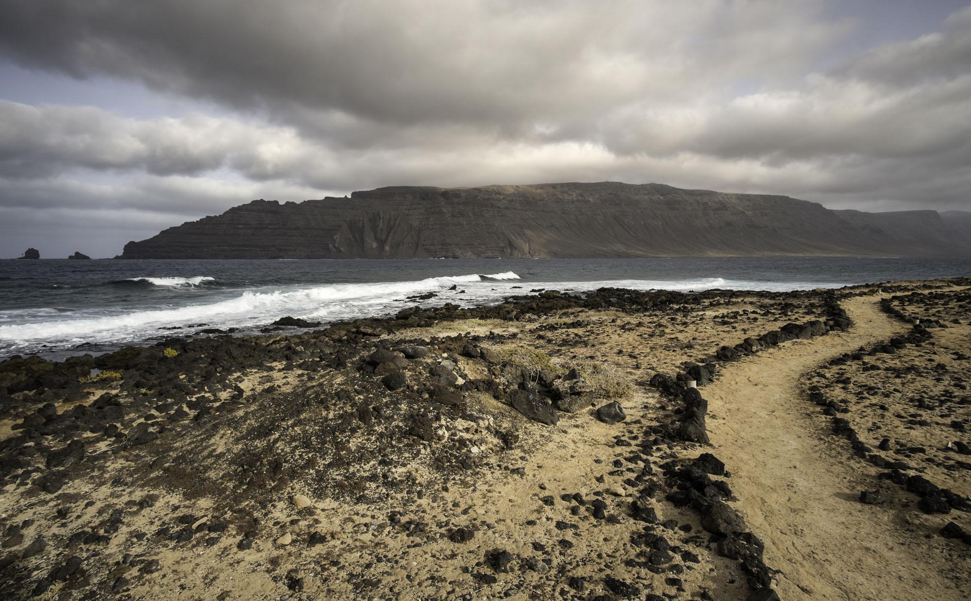 La isla de Lanzarote se divisa a lo lejos.
